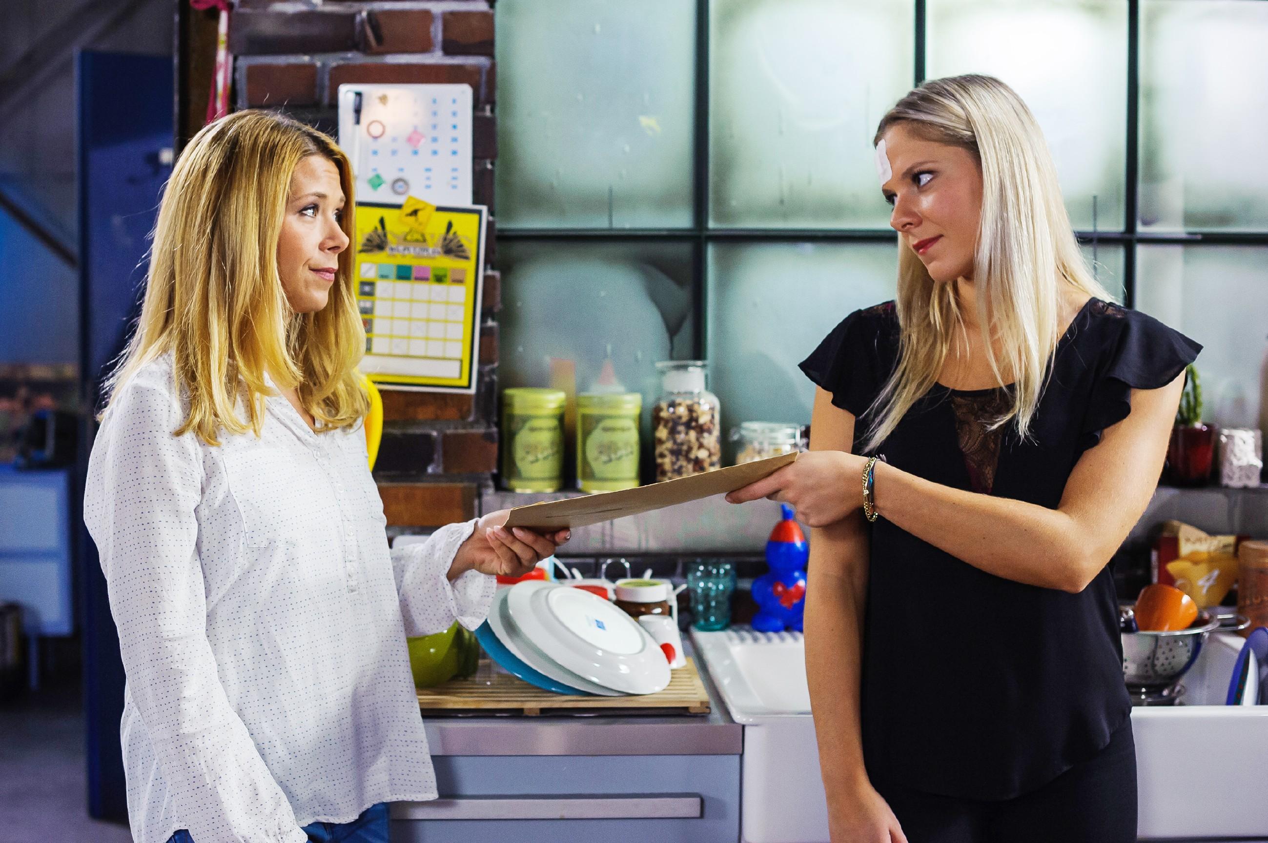 Diana (Tanja Szewczenko, l.) und Marie (Cheyenne Phade) sind sich einig, sich nicht von den Steinkamps erpressen zu lassen. (Quelle: RTL / Julia Feldhagen)