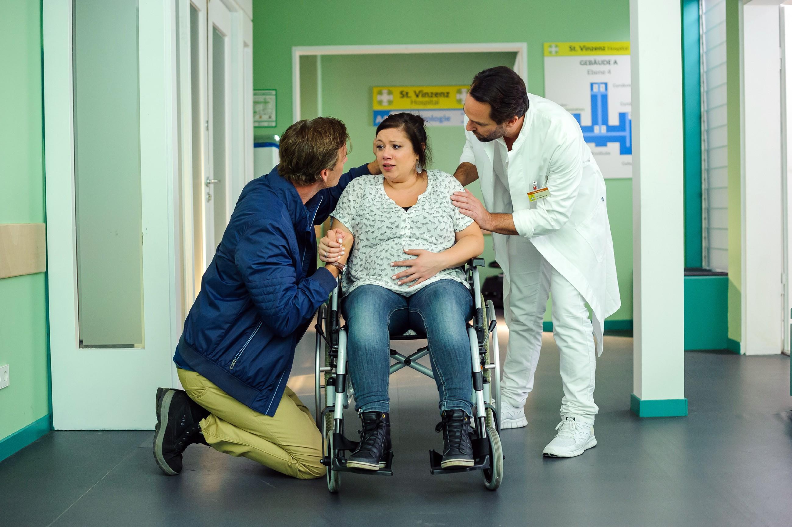 Christoph (Lars Korten, l.) und Vanessa (Julia Augustin) schaffen es rechtzeitig in die Klinik, wo ihnen verängstigt klar wird, dass ihr Baby jetzt zur Welt kommt. Thomas (Daniel Brockhaus) versucht sie zu beruhigen. (Quelle: RTL / Julia Feldhagen)