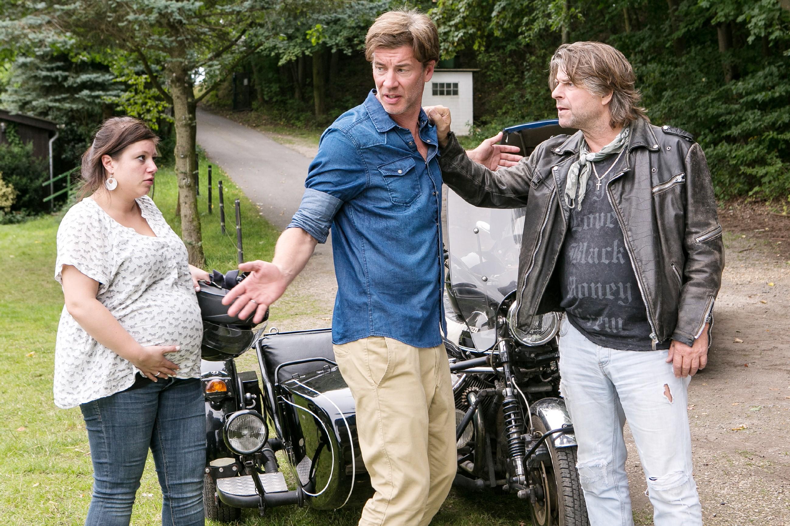 Aufgeregt versucht Christoph (Lars Korten, M.) den Motorradfahrer (Uwe Fellensiek) zu überreden, ihm das Gespann zu überlassen, damit Vanessa (Julia Augustin) es rechtzeitig zur Geburt in die Klinik schafft... (Quelle: RTL / Kai Schulz)