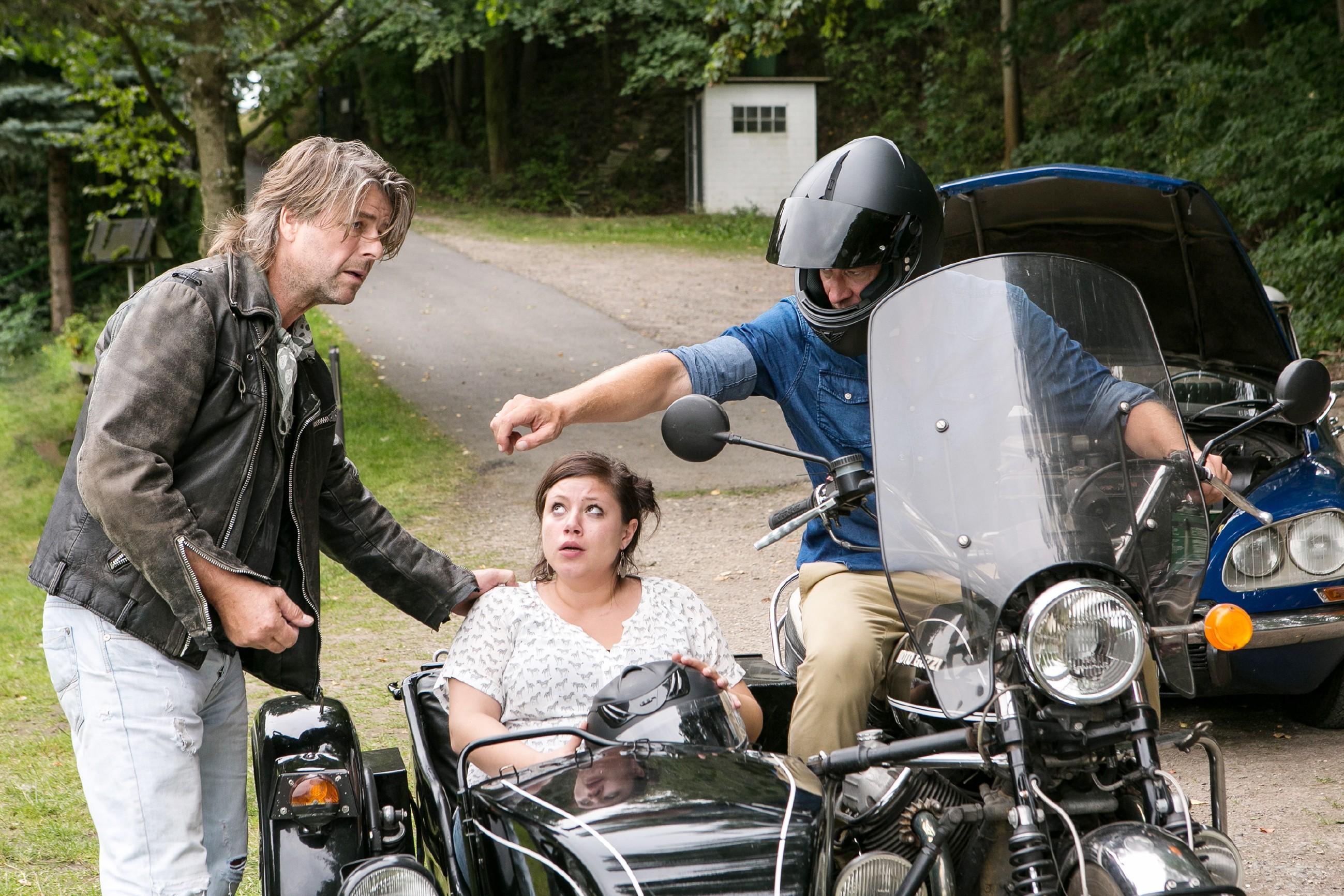 Christoph (Lars Korten, r.) kann den Motorradfahrer (Uwe Fellensiek) überzeugen, ihm das Gespann zu überlassen, um Vanessa (Julia Augustin) rechtzeitig zur Geburt in die Klinik zu bringen. (Quelle: RTL / Kai Schulz)