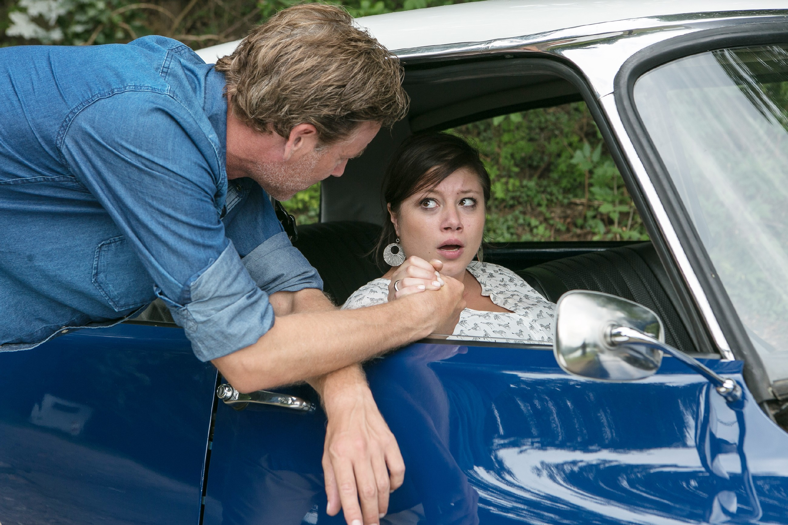 Christoph (Lars Korten) will Hilfe holen und muss dafür Vanessa (Julia Augustin) allein lassen. (Quelle: RTL / Kai Schulz)