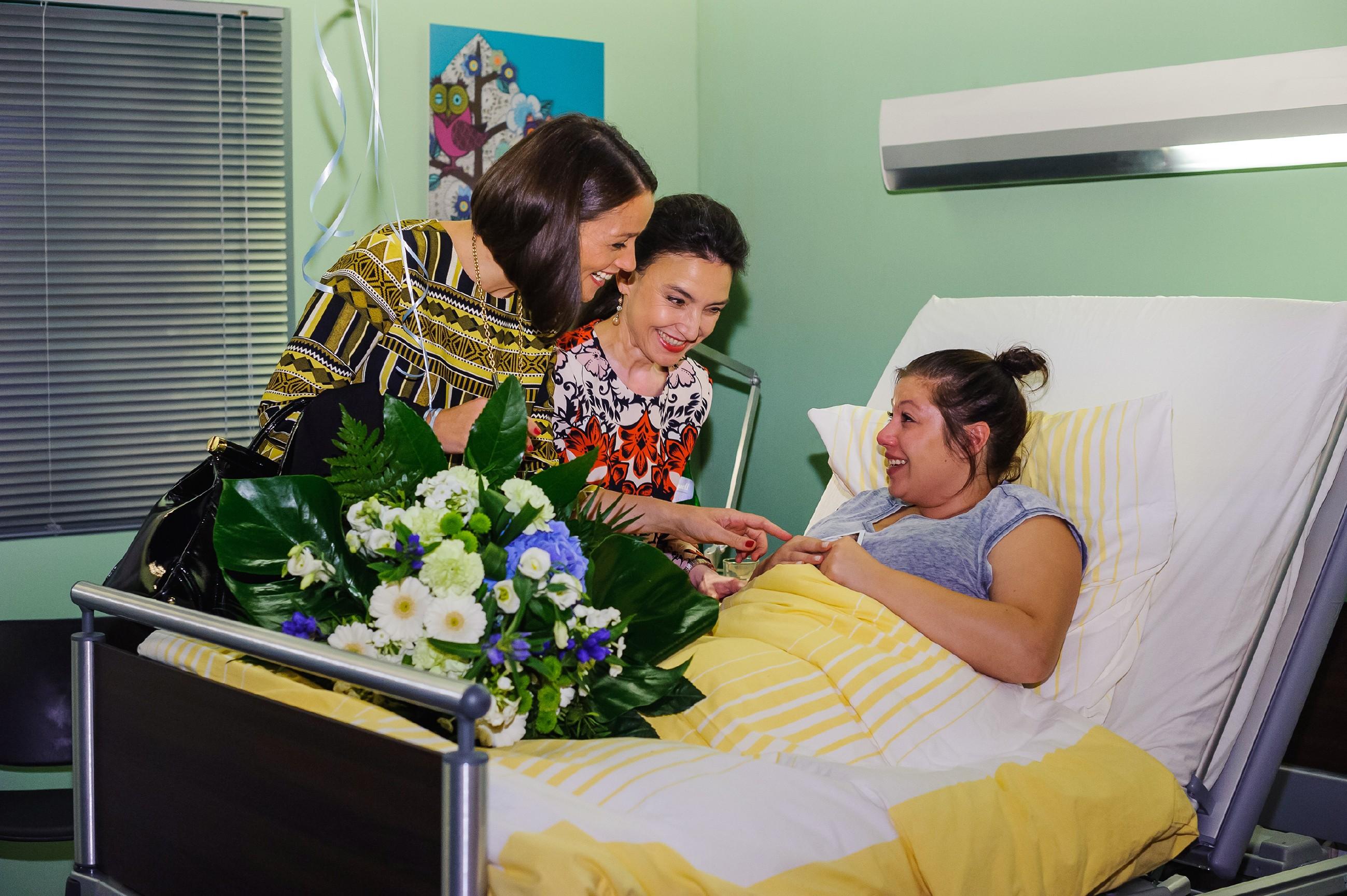 Jenny (Kaja Schmidt-Tychsen, l.) und Simone (Tatjana Clasing, M.) gratulieren Vanessa (Julia Augustin) zur Geburt ihres Babys und versuchen sie bezüglich der gefürchteten Herz-Untersuchung zu beruhigen. (Quelle: RTL / Julia Feldhagen)