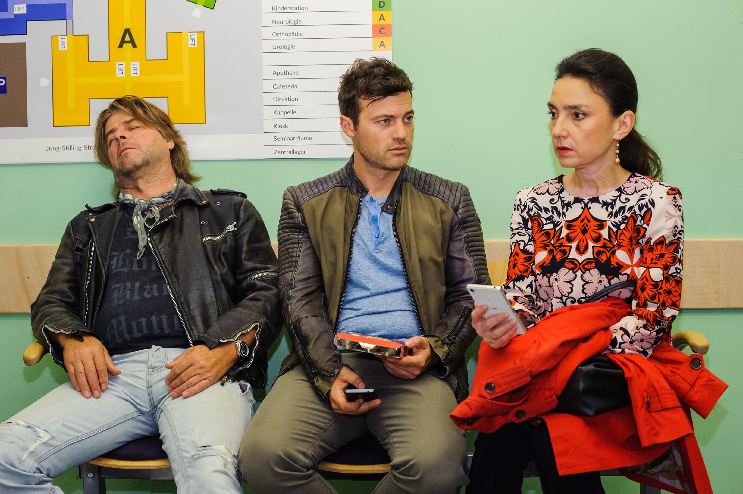 Simone (Tatjana Clasing), Ben (Jšörg Rohde, M.) und Helmut Zeiler (Uwe Fellensiek) warten auf dem Krankenhausflur auf Nachricht aus dem Kreißsaal. (Quelle: RTL / Julia Feldhagen)