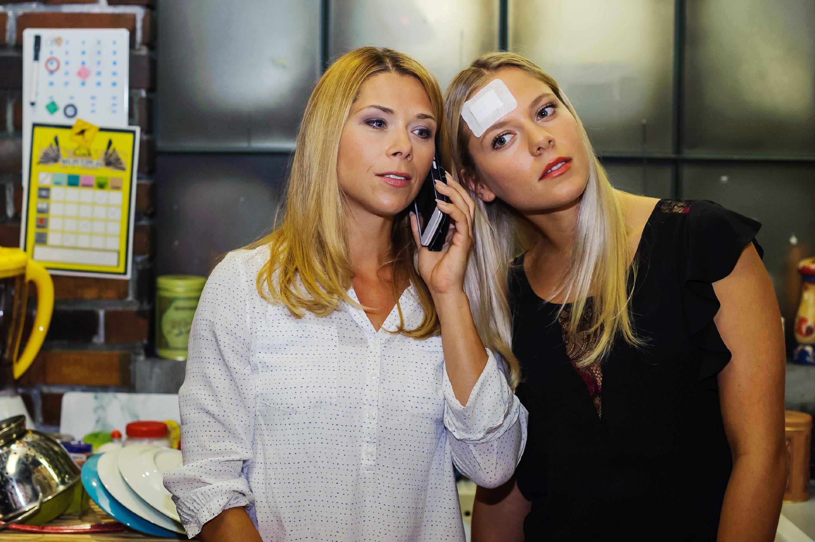 Diana (Tanja Szewczenko, l.) und Marie (Cheyenne Phade) erklŠären sich bereit, auf Simones Angebot einzugehen. (Quelle: RTL / Julia Feldhagen)