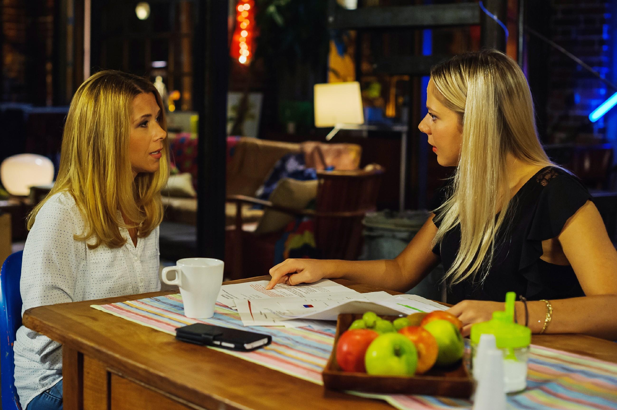 Diana (Tanja Szewczenko, l.) kann nicht lŠänger ignorieren, dass sie fŸür Maries (Cheyenne Phade) Karriere einen starken Partner brauchen - Partner wie die Steinkamps. (Quelle: RTL / Julia Feldhagen)