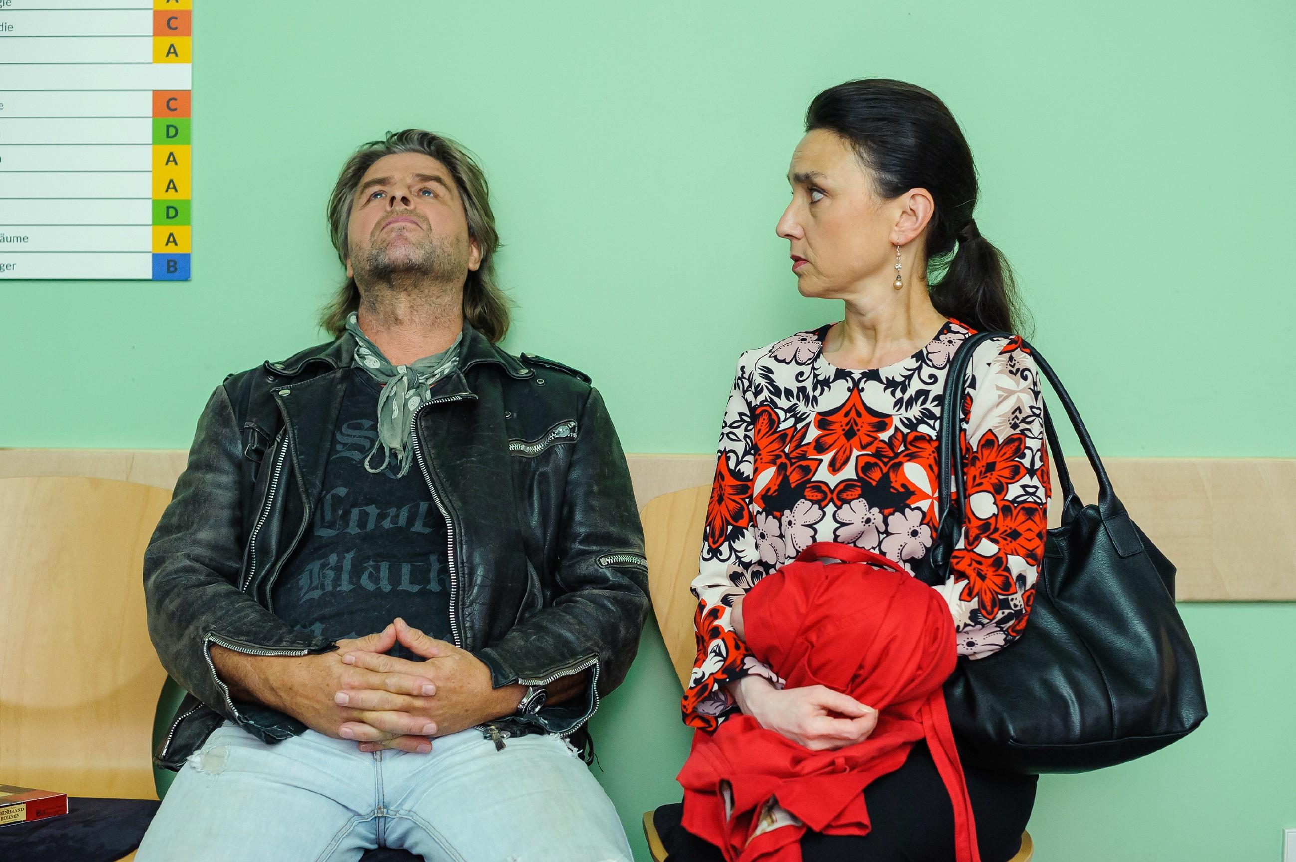 Simone (Tatjana Clasing) fragt sich, wer der Mann Helmut (Uwe Fellensiek) ist, der mit ihr auf Nachricht aus dem Kreißsaal wartet. (Quelle: RTL / Julia Feldhagen)