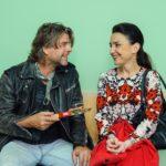 Simone (Tatjana Clasing) wartet aufgeregt auf Nachricht aus dem Kreißsaal und wird von einem ihr unbekannten Mann (Uwe Fellensiek) beruhigt. (Quelle: RTL / Julia Feldhagen)