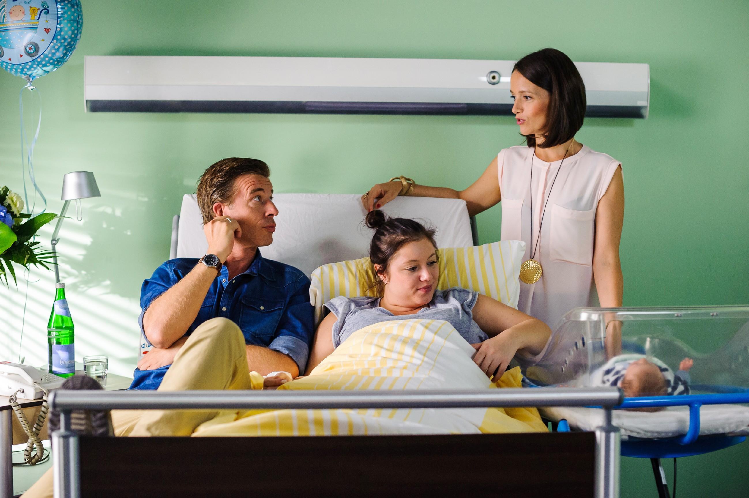 Jenny (Kaja Schmidt-Tychsen, r.) besucht die frischgebackene Eltern Vanessa (Julia Augustin) und Christoph (Lars Korten) im Krankenhaus und erfährt von Christoph, dass Marie und Diana zurück in den Kader kommen... (Quelle: RTL / Julia Feldhagen)