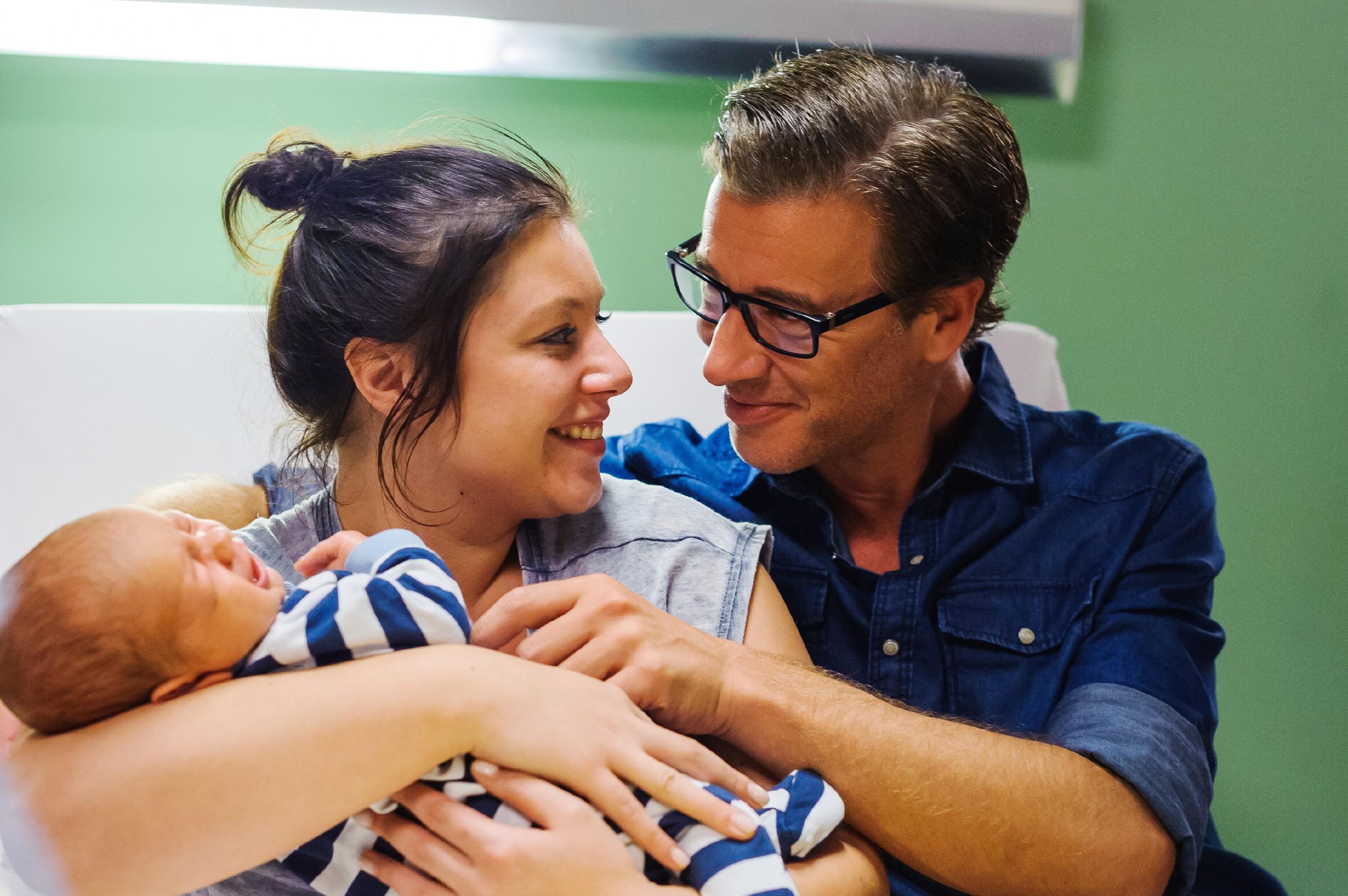 Vanessa (Julia Augustin) und Christoph (Lars Korten) genießen ihr frisches Elternglück mit ihrem Baby. (Quelle: RTL / Julia Feldhagen)