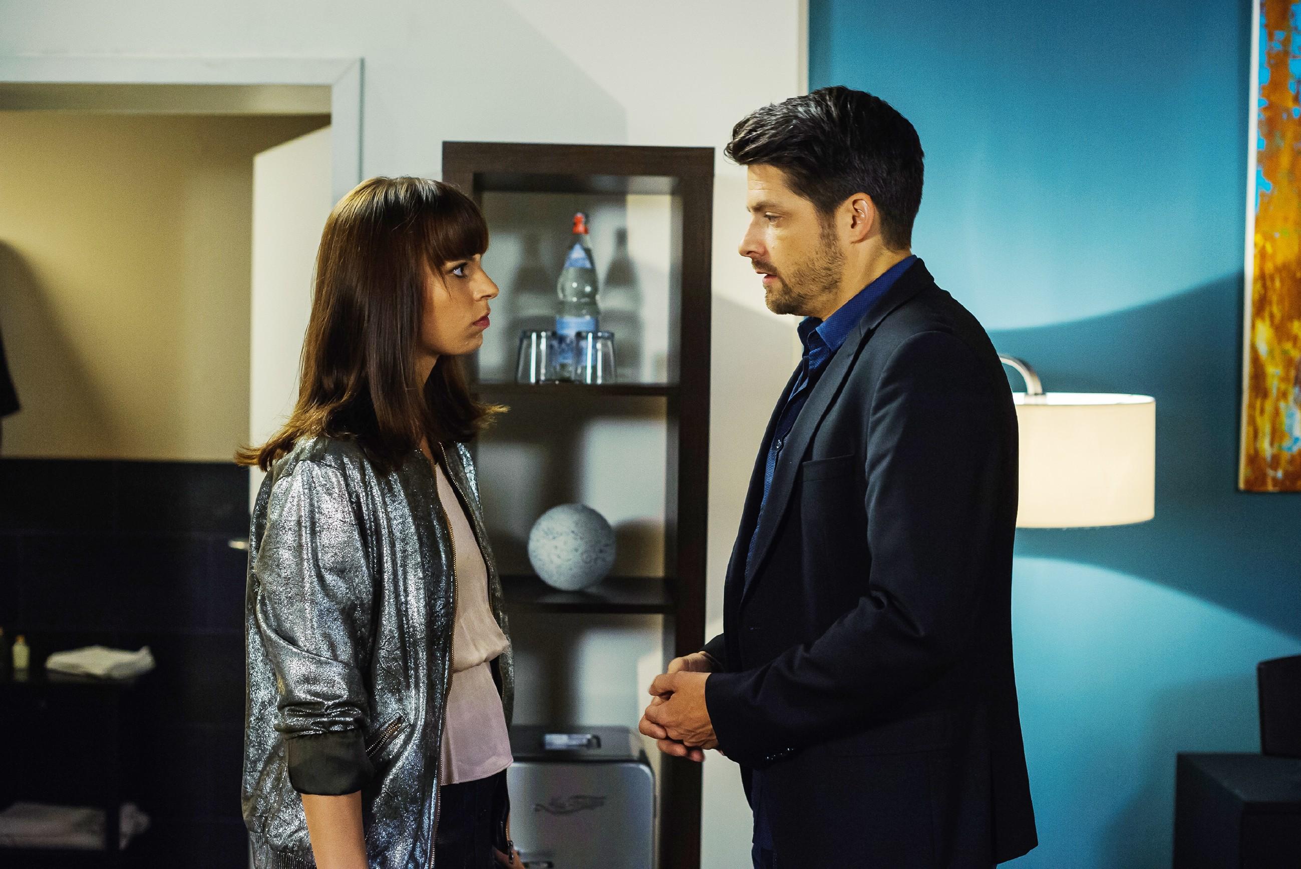 Vincent (Daniel Buder) offenbart Michelle (Franziska Benz), dass er bald sterben wird... (Quelle: RTL / Julia Feldhagen)
