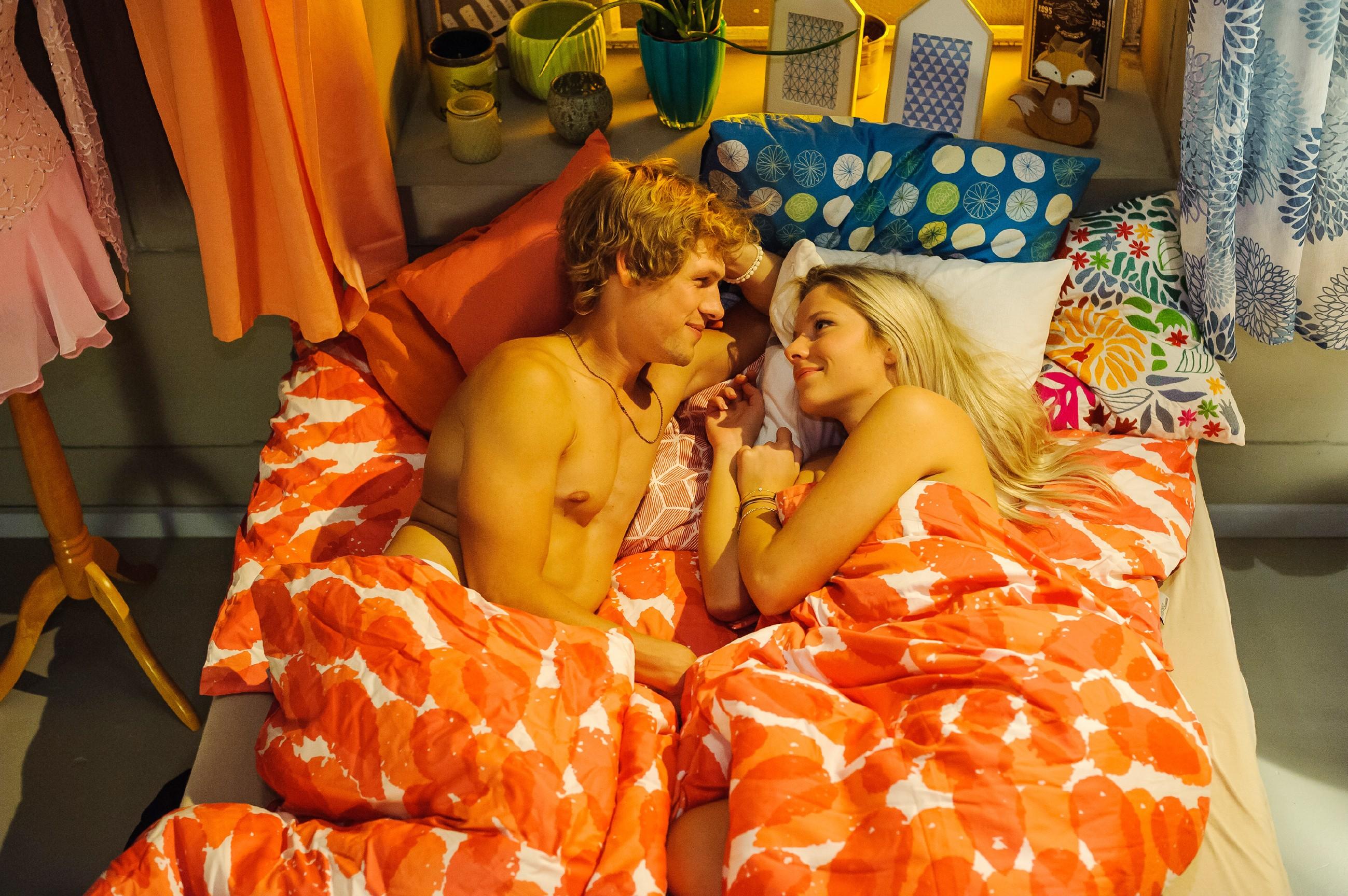 Marie (Cheyenne Phade) genießt ihren neuen Flirt mit Milan (Remo Schulze) in vollen ZüŸgen. (Quelle: RTL / Julia Feldhagen)