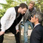 Benedikt (Jens Hajek, r.) ist fassungslos, als Valentin (Aaron Koszuta, l.) scheinbar mühelos die Situation rettet und Mario (Arne Rudolf) zum Rückzug bewegen kann. (Quelle: RTL / Stefan Behrens)