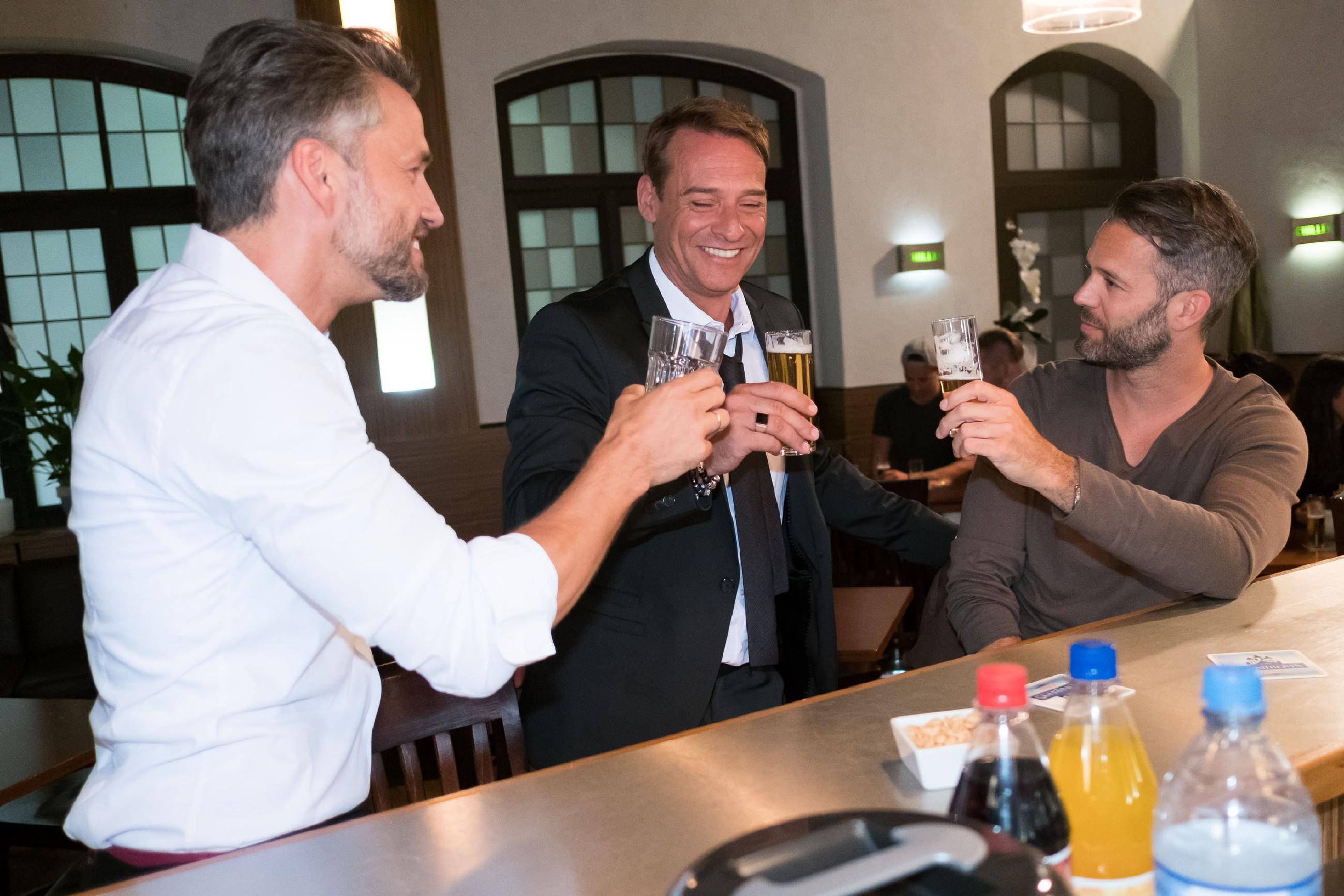 Entgegen Maltes (Stefan Bockelmann, l.) und Tills (Ben Ruedinger, r.) Befürchtungen, hat Rufus (Kai Noll) trotz seines Erfolgs noch Bodenhaftung. (Quelle: RTL / Stefan Behrens)