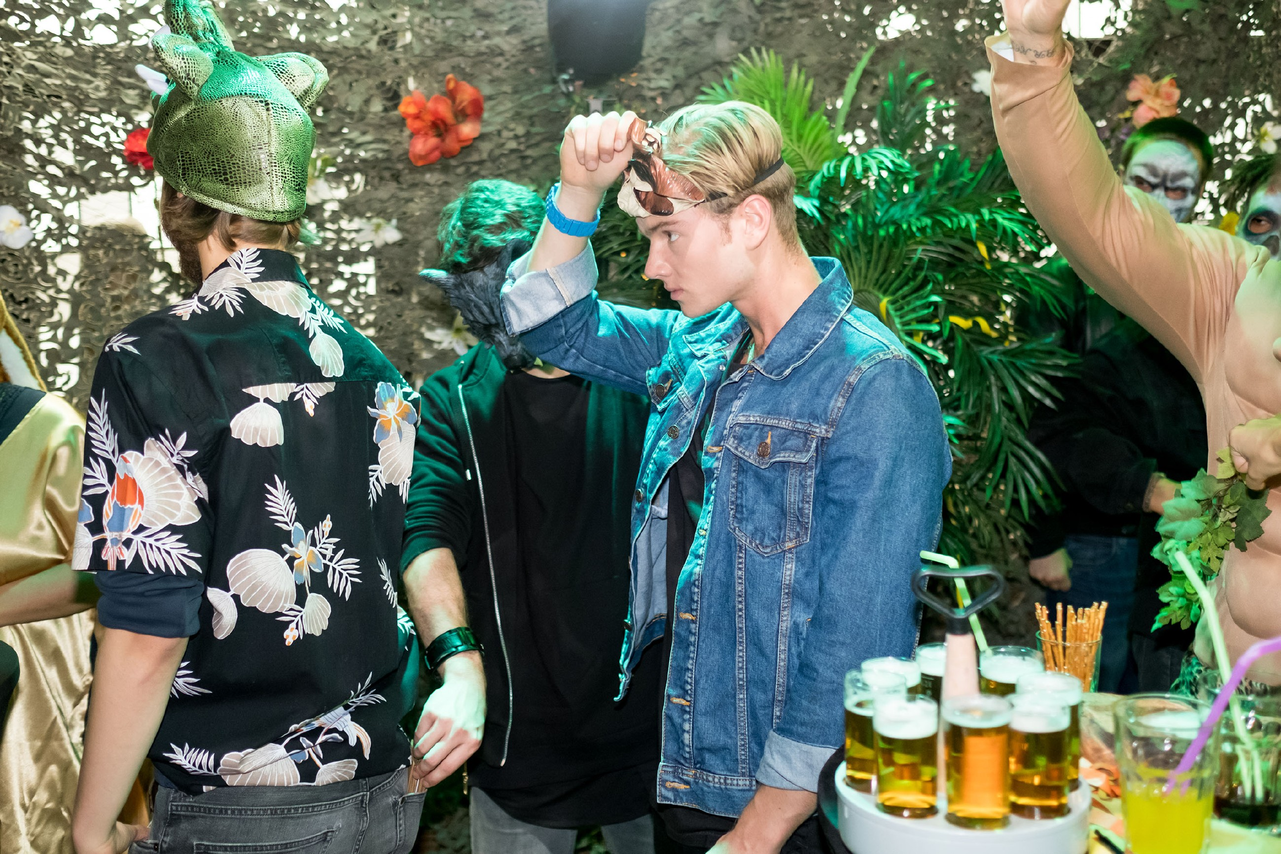 In dem bunten Karnevalstreiben im Schiller bekommt niemand mit, wie Mario (Arne Rudolf, 2.v.l.) und Valentin (Aaron Koszuta, r.) die Gäste beklauen. (Quelle: RTL / Stefan Behrens)