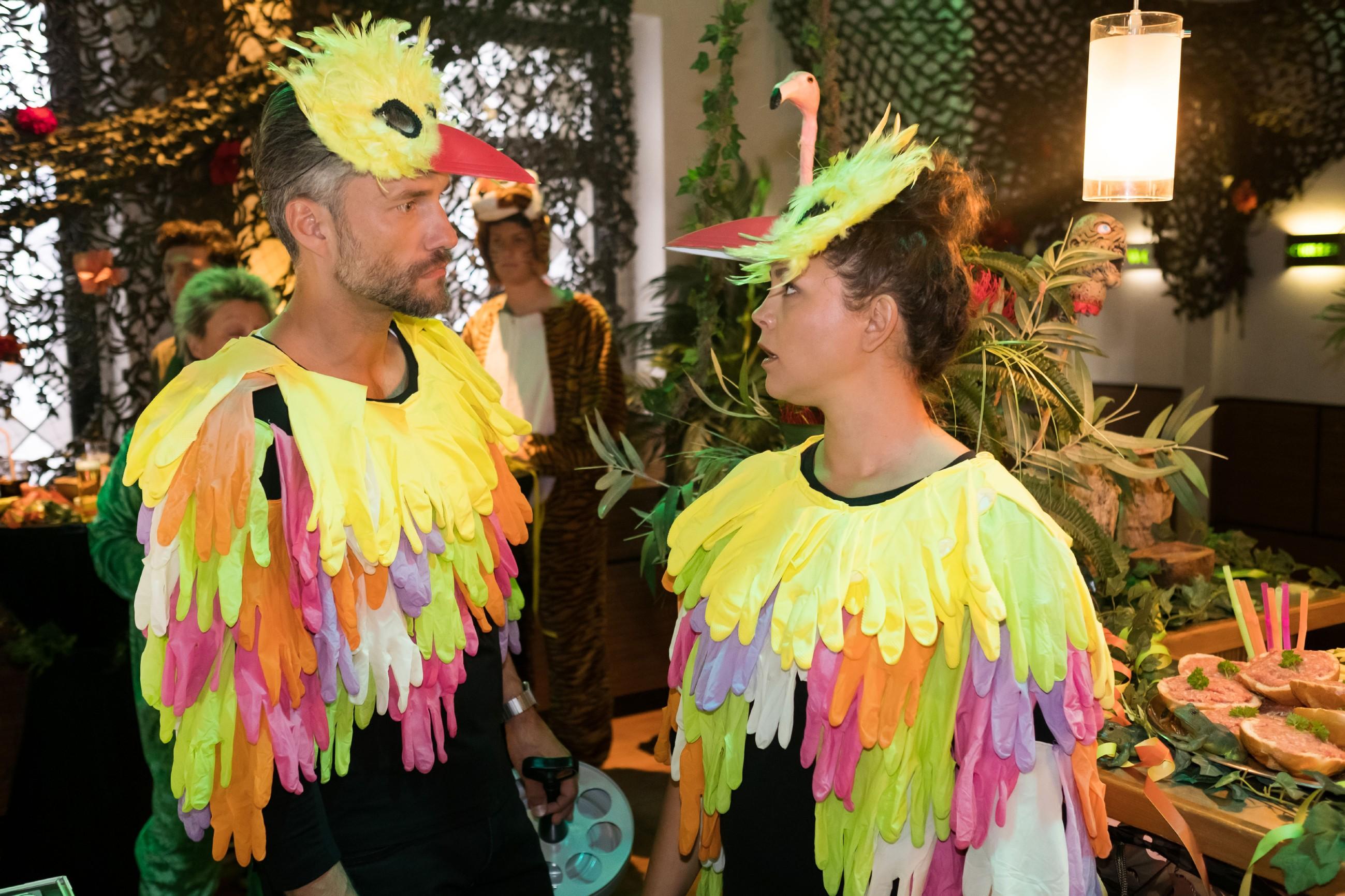 Da zur Karnevalsfeier im Schiller jede Hand gebraucht wird, muss Malte (Stefan Bockelmann) Ute zuliebe zähneknirschend eine Zusammenarbeit mit Caro (Ines Kurenbach) akzeptieren. (Quelle: RTL / Stefan Behrens)