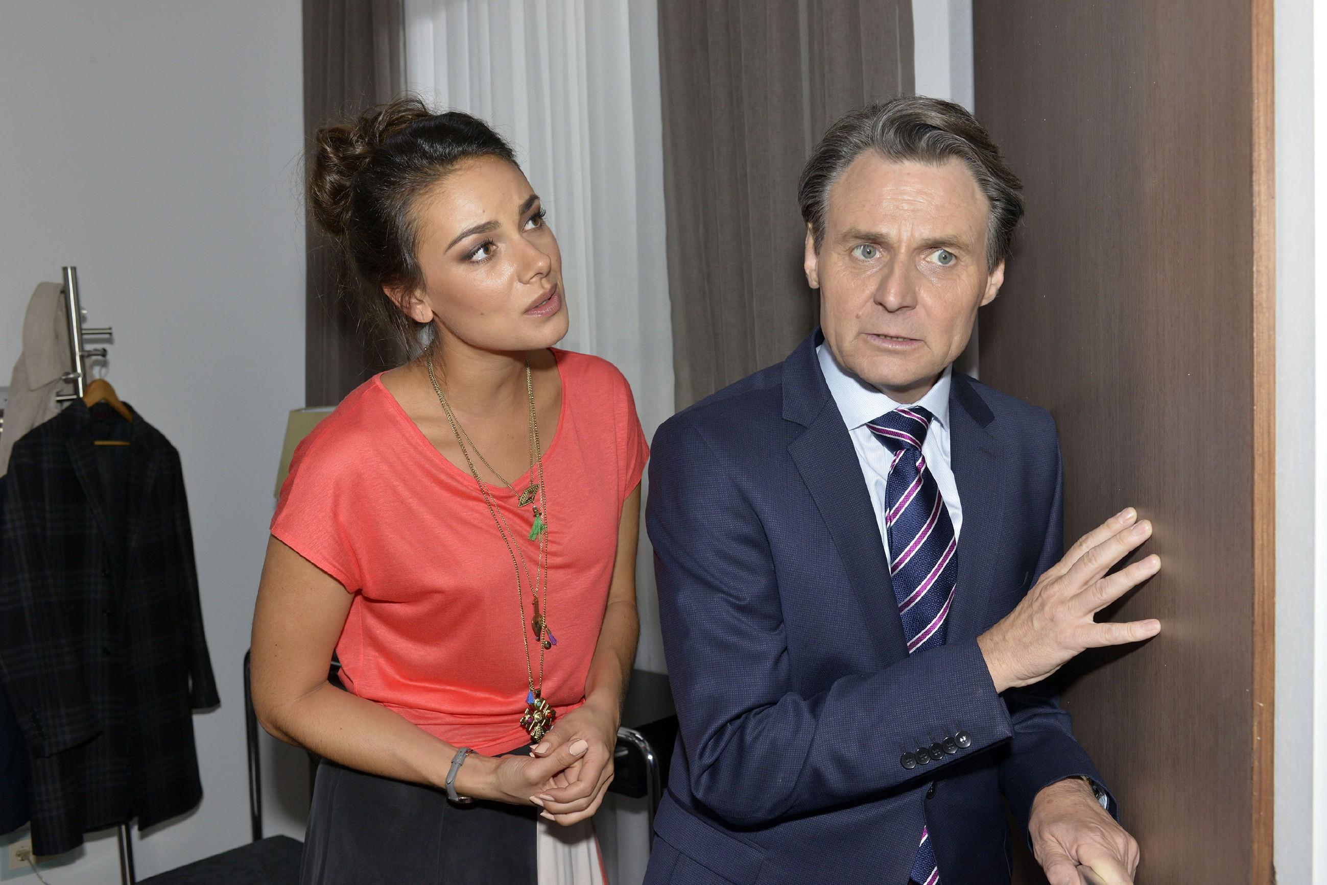 Jasmin (Janina Uhse) und Gerner (Wolfgang Bahro) versuchen zu der verzweifelten Johanna vorzudringen. (Quelle: RTL / Rolf Baumgartner)
