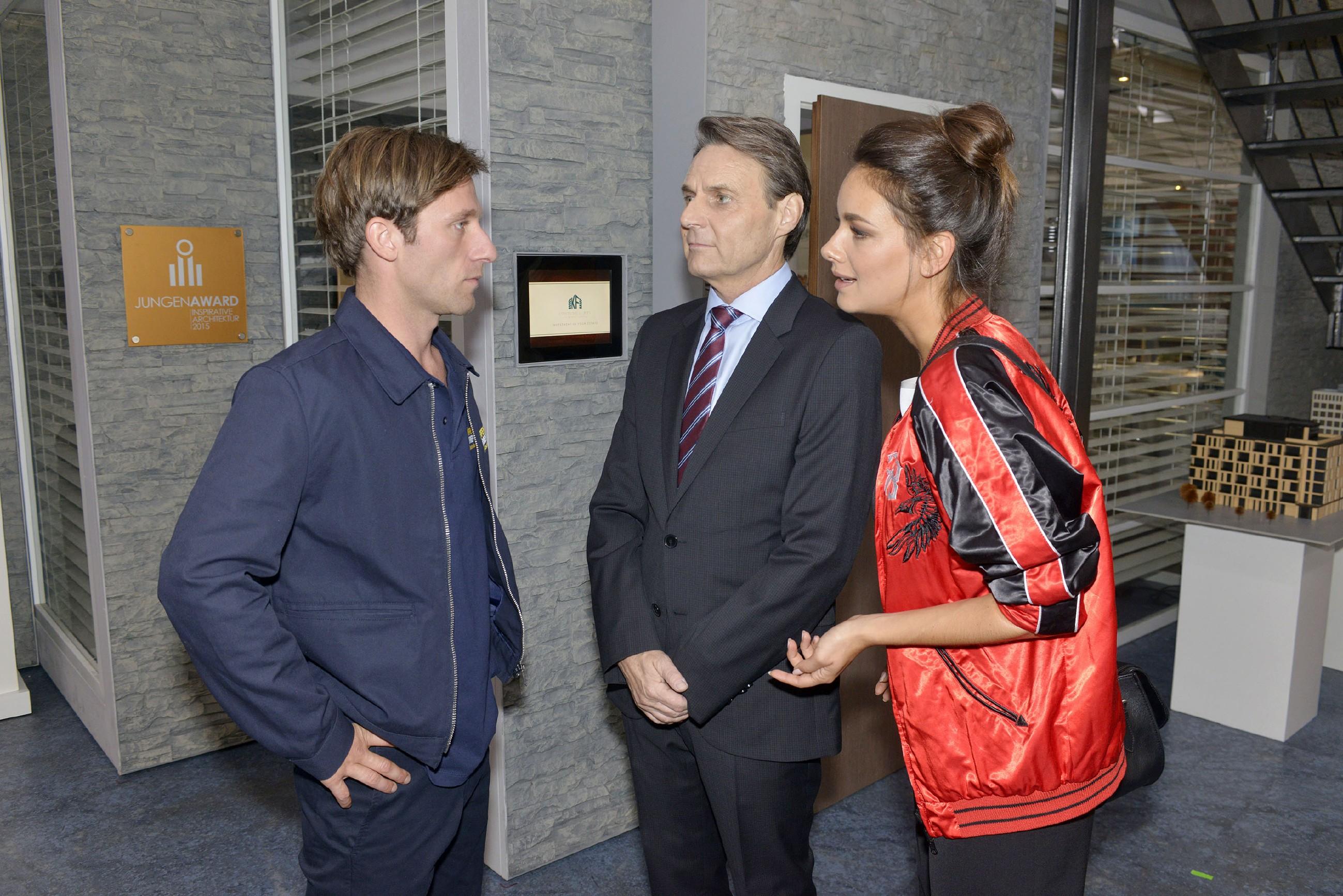 Bommels (Merlin Leonhardt, l.) Bemühungen um eine Aussprache finden bei Gerner (Wolfgang Bahro) und Jasmin (Janina Uhse) kein Gehör. (Quelle: RTL / Rolf Baumgartner)