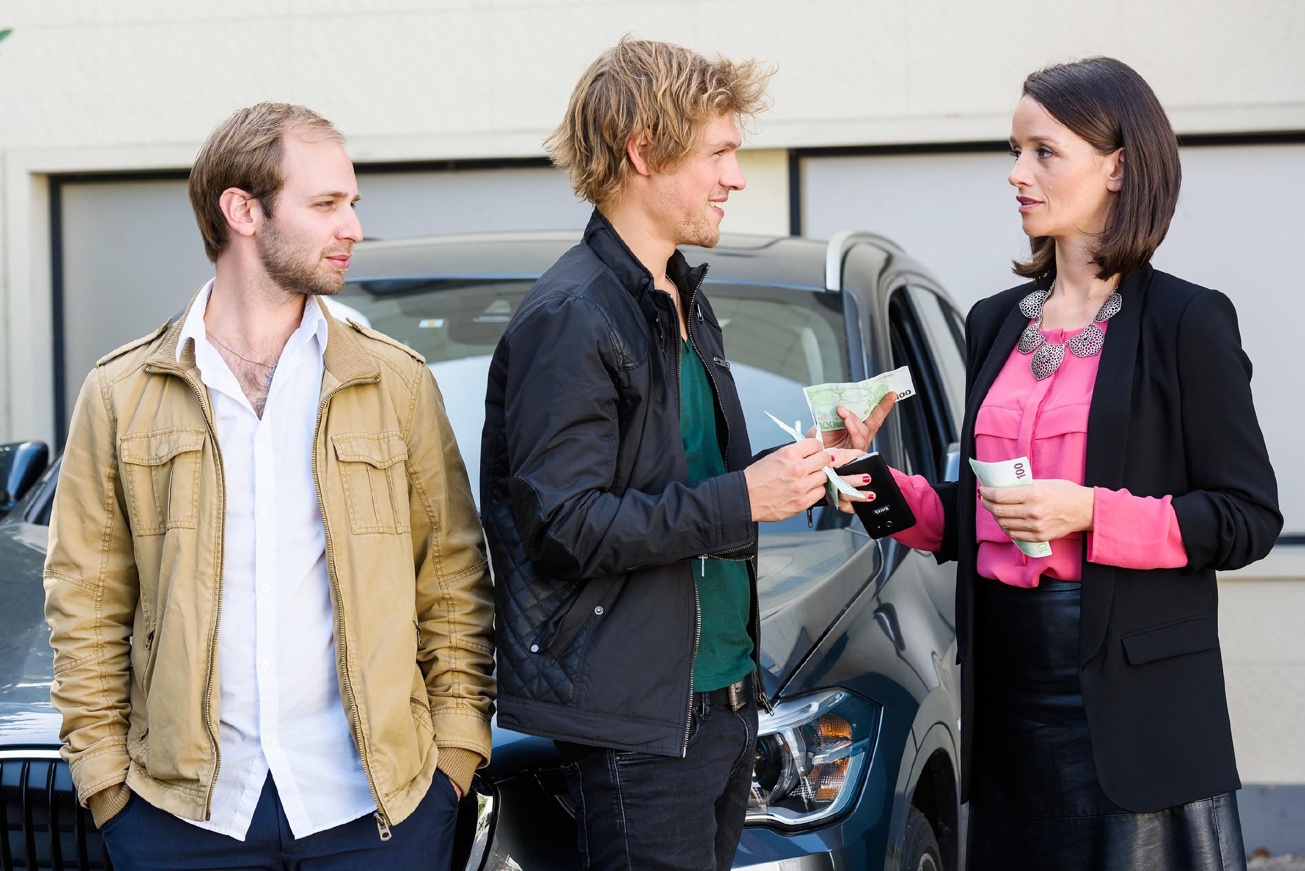 Jenny (Kaja Schmidt-Tychsen) bekommt über Milan (Remo Schulze, M.) und seinen Kumpel Moritz (Komparse) völlig unerwartet Maries Sex-Video in die Hände gespielt. (Quelle: RTL / Willi Weber)