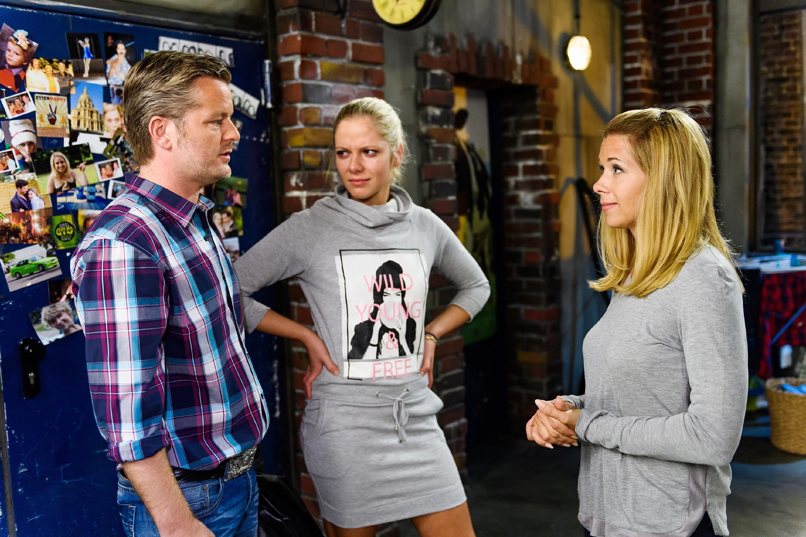 Ingo (André Dietz) und Marie (Cheyenne Pahde, M.) sind entsetzt, als Diana (Tanja Szewczenko) zur Flucht nach vorne rät. (Quelle: RTL / Willi Weber)