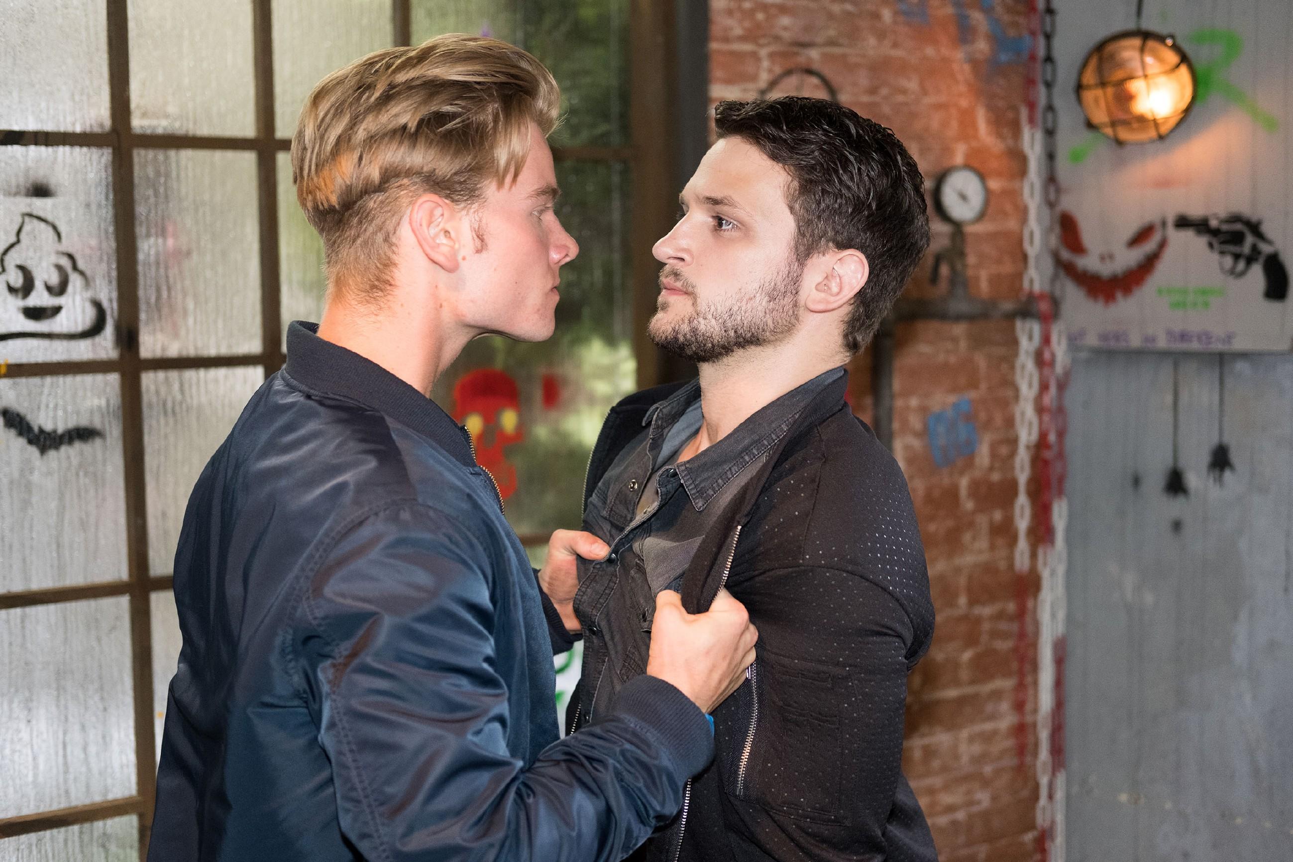Valentin (Aaron Koszuta, l.) sucht sich für seine Schuldgefühle ein Ventil und geht Mario (Arne Rudolf) an. (Quelle: RTL / Stefan Behrens)