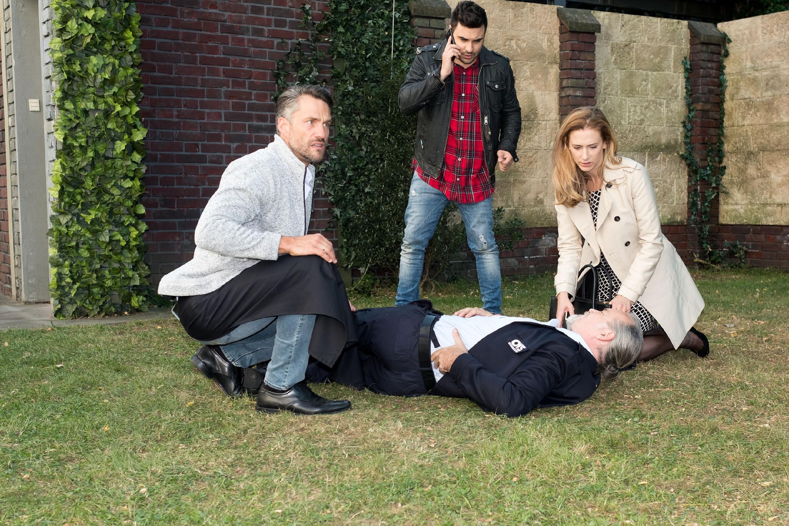 Malte (Stefan Bockelmann, l.), Easy (Lars Steinhöfel) und Andrea (Kristin Meyer) finden den verletzten Robert (Luca Maric, lieg.) und rufen den Notarzt. (Quelle: RTL / Stefan Behrens)