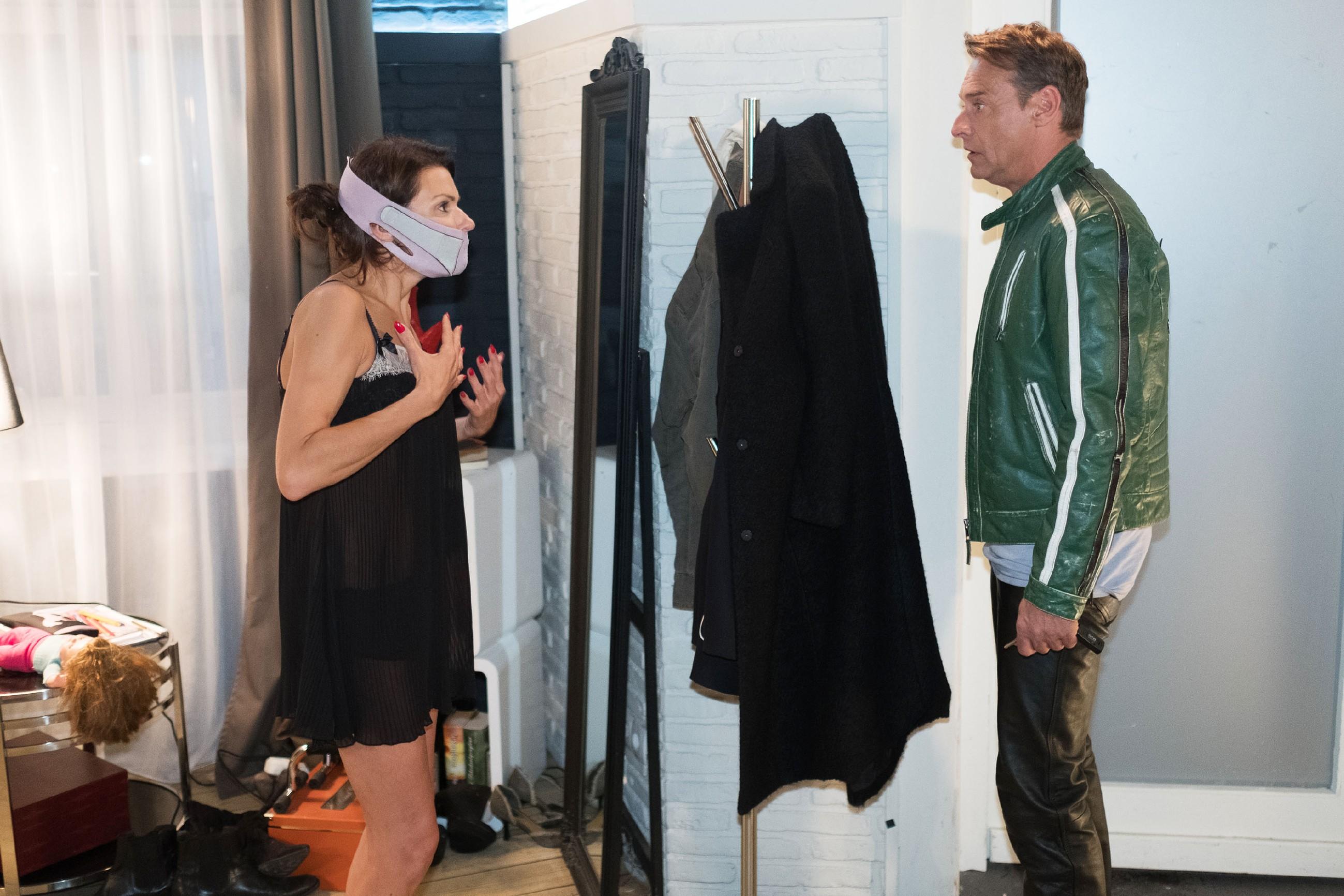 Rufus (Kai Noll) macht sich über Britta (Tabea Heynig) lustig, weil die vor einem anstehenden Fotoshooting mit sonderbaren Tricks wie einem Gesichtsformer ihr Aussehen verjüngen will. (Quelle: RTL / Stefan Behrens)