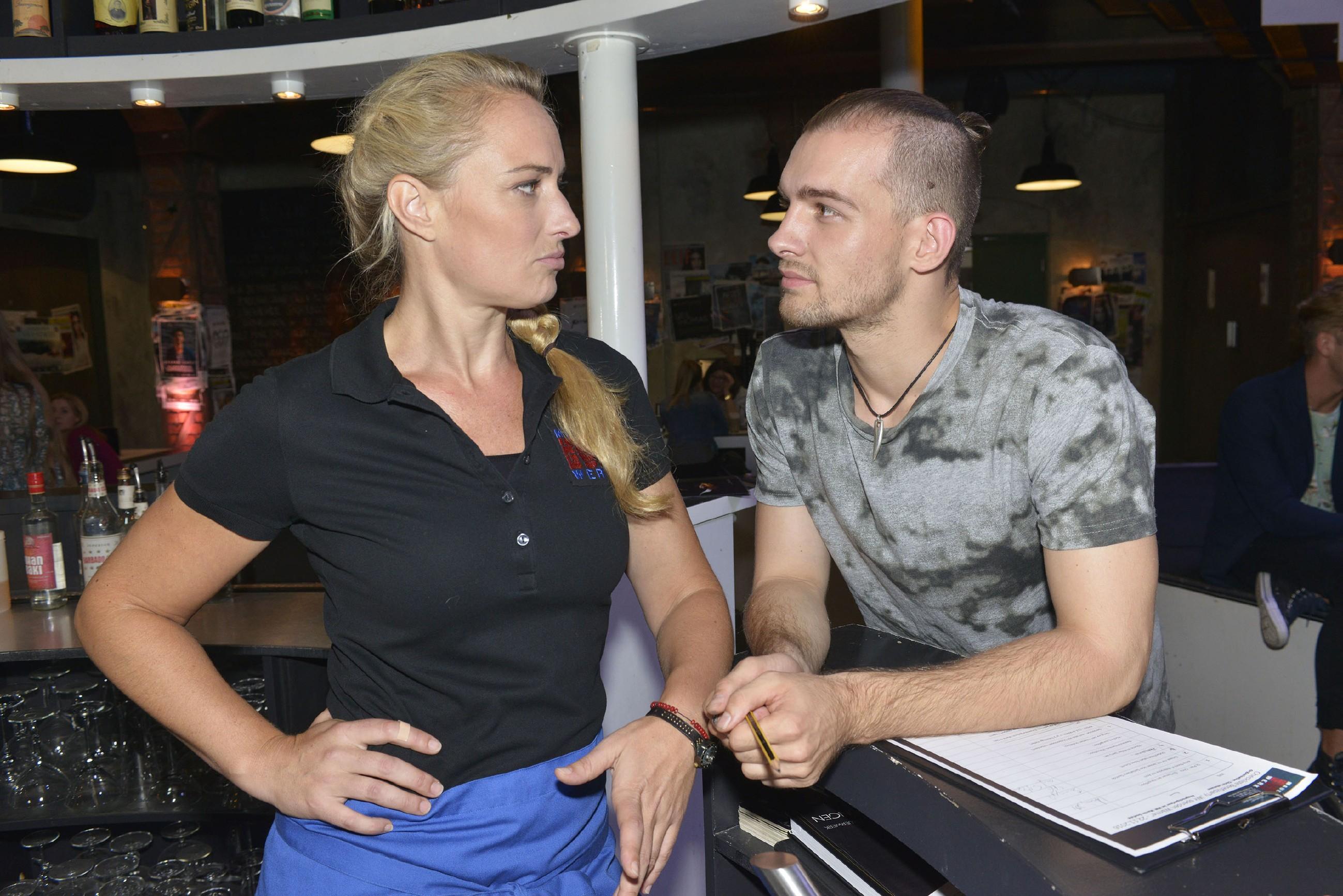 Maren (Eva Mona Rodekirchen) ist der Ansicht, dass Chris (Eric Stehfest) bei Sunny einfach mal etwas riskieren sollte. (Quelle: RTL / Rolf Baumgartner)