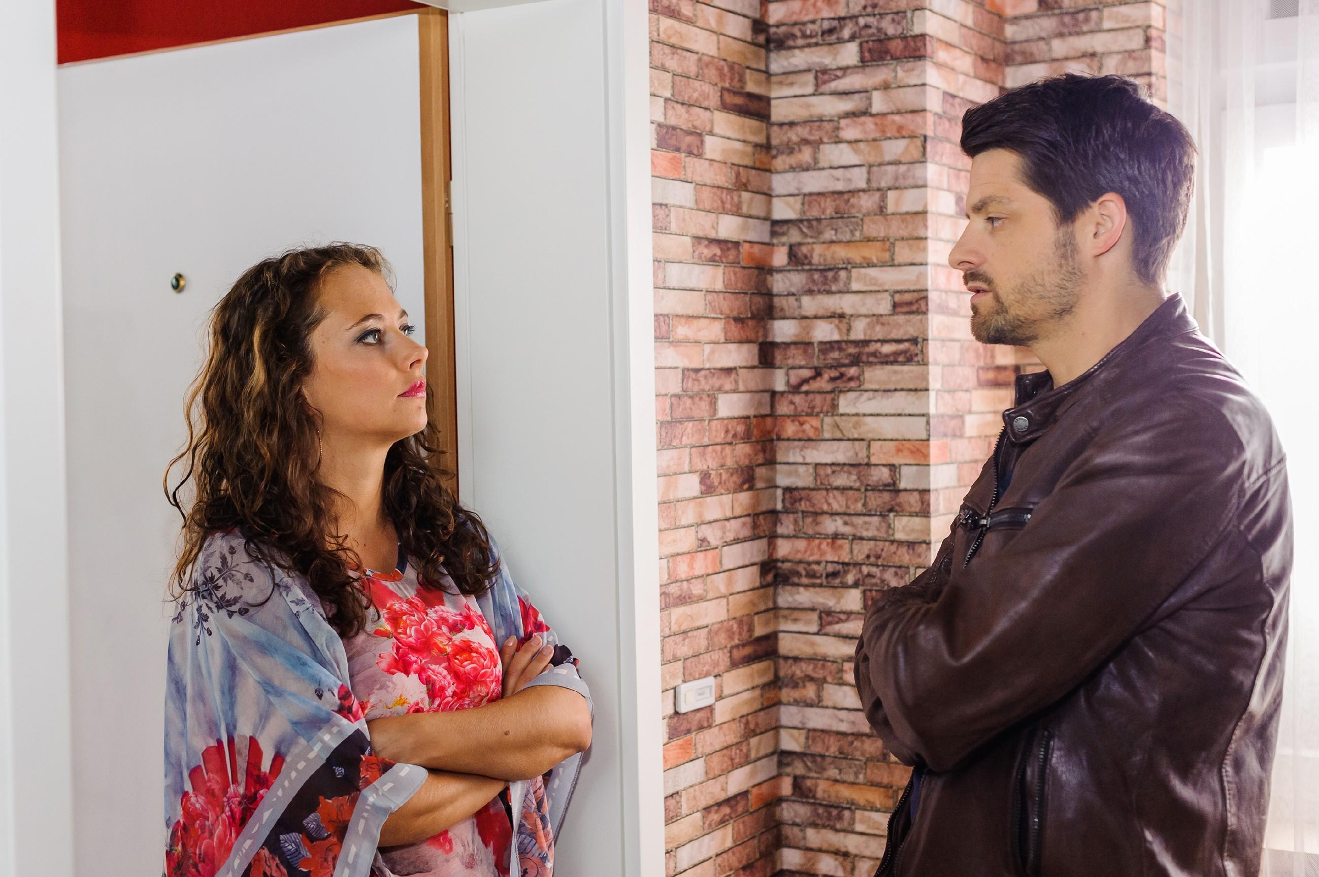 Carmen (Heike Warmuth) hofft, ihre Tochter davon abhalten zu können, Vincent (Daniel Buder) eine Niere zu spenden. (Quelle: RTL / Julia Feldhagen)