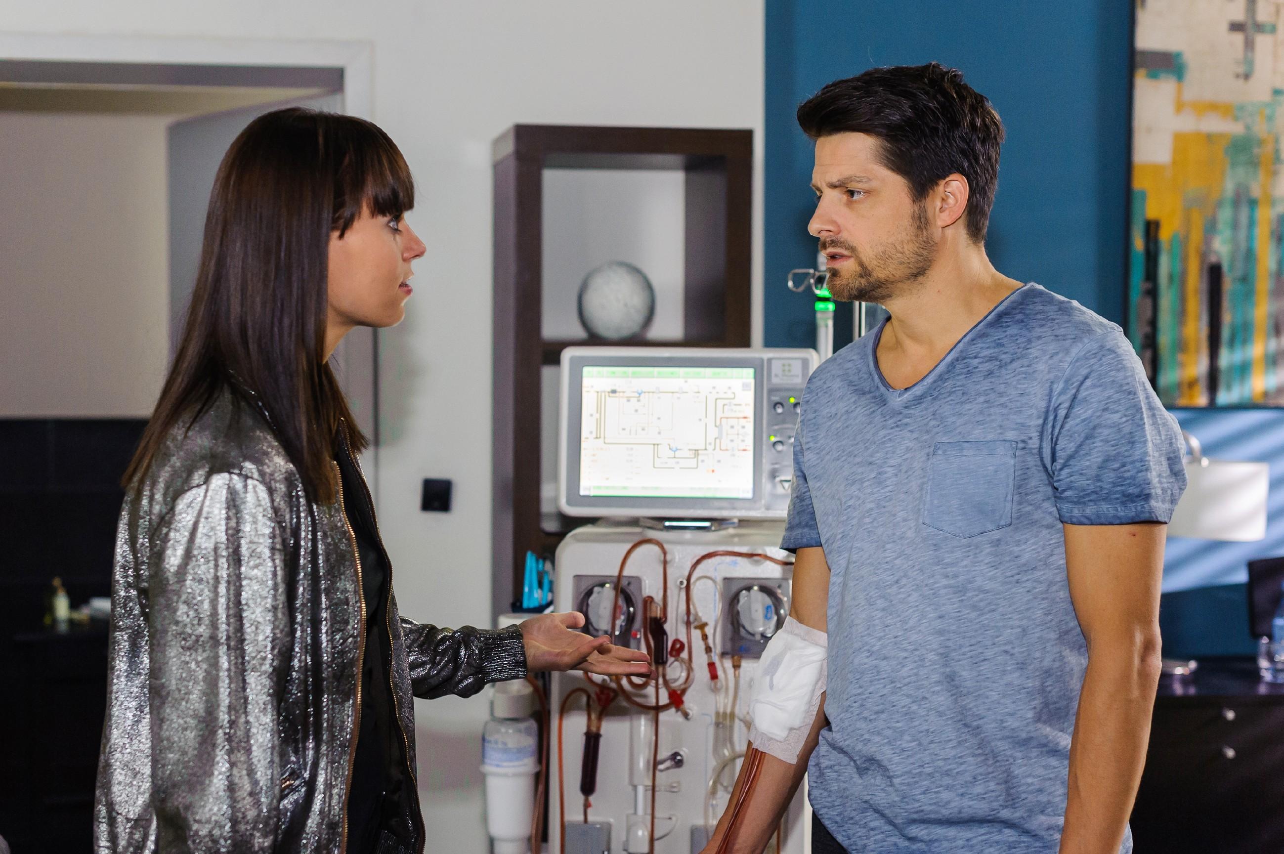 Der Anblick ihres kranken Vaters Vincent (Daniel Buder) bestärkt Michelle (Franziska Benz) in ihrem Entschluss, sich für ihn als Nierenspenderin testen zu lassen. (Quelle: RTL / Julia Feldhagen)