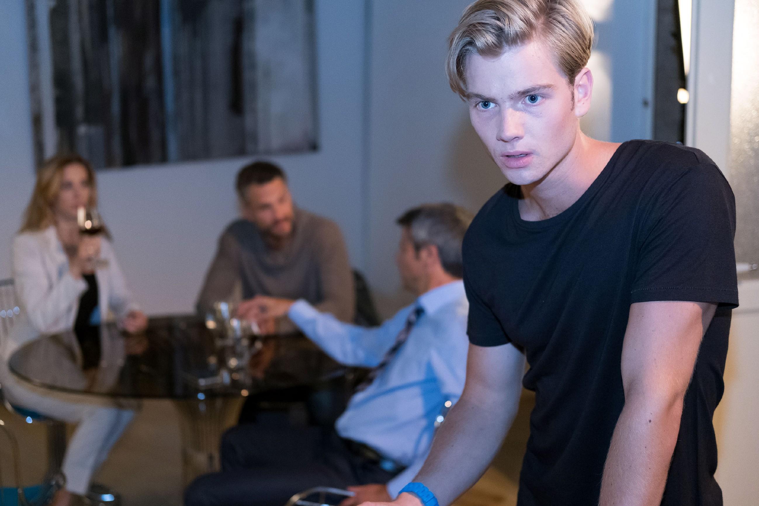 Valentin (Aaron Koszuta, r.) ist geschockt, als er bei einem Gespräch zwischen (hinten v.l.) Andrea (Kristin Meyer), Benedikt (Jens Hajek) und Malte (Stefan Bockelmann) erfährt, dass Malte Mario als Gangmitglied erkannt hat. (Quelle: RTL / Stefan Behrens)