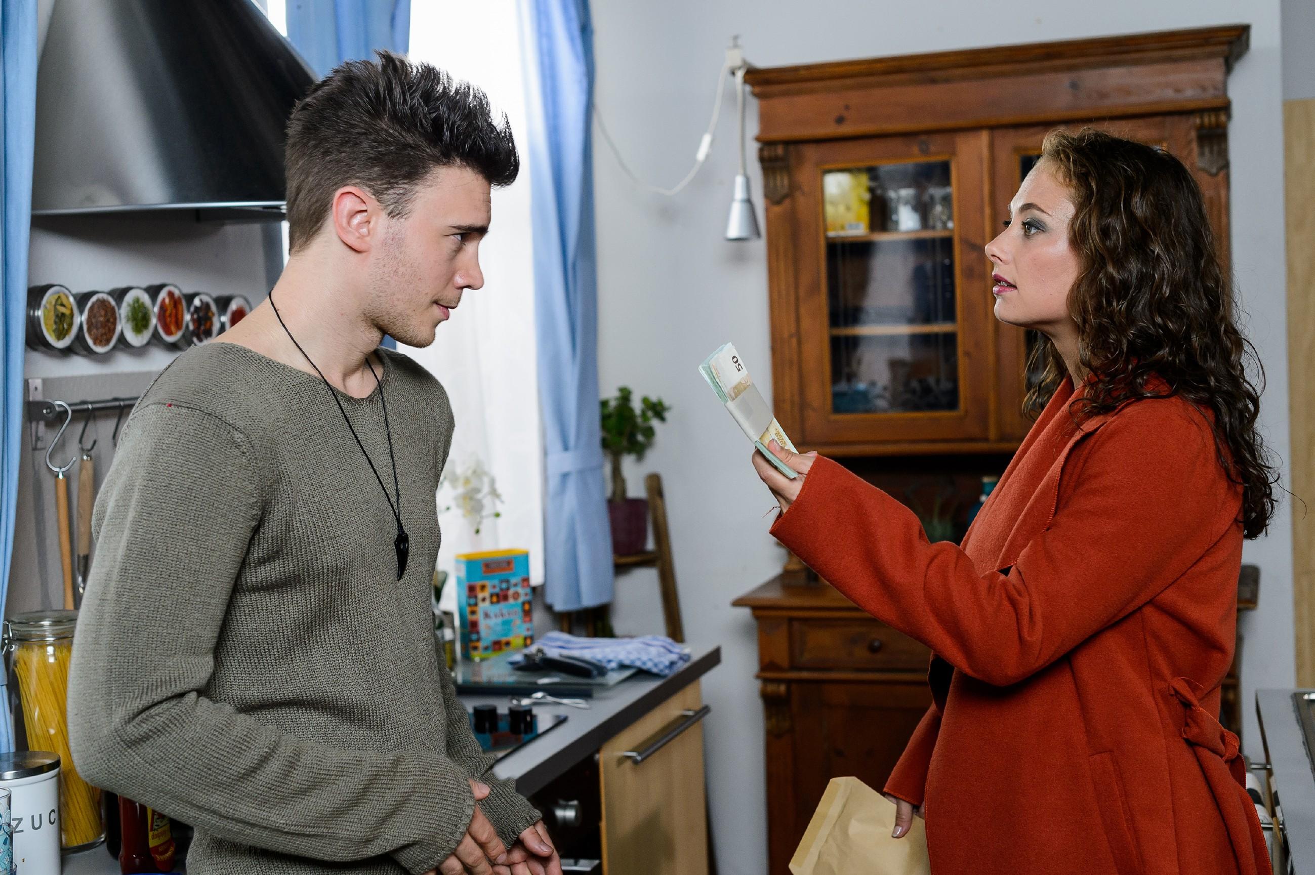 Carmen (Heike Warmuth) rekrutiert Ronny (Bela Klentze) für die Renovierung der Kneipe. (Quelle: RTL / Willi Weber)