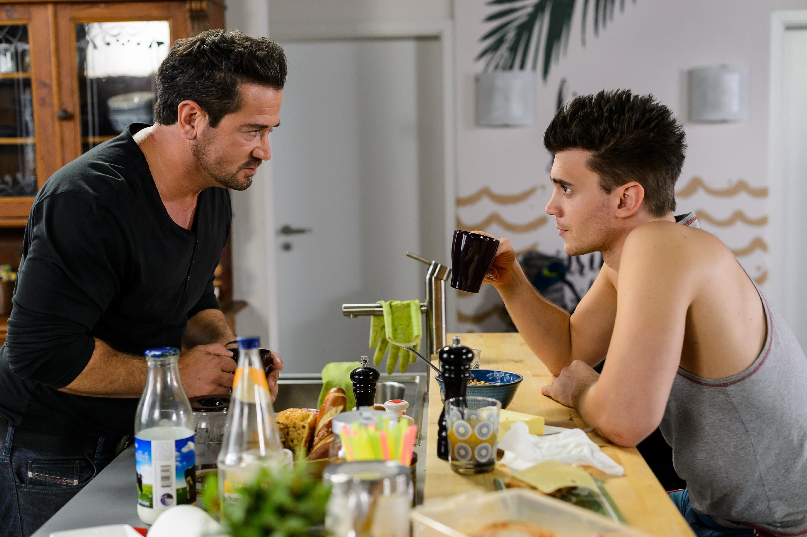 Ronny (Bela Klentze, r.) ist sich gegenüber Marian (Sam Eisenstein) sicher, Carmen einen Riesengefallen getan zu haben. (Quelle: RTL / Willi Weber)