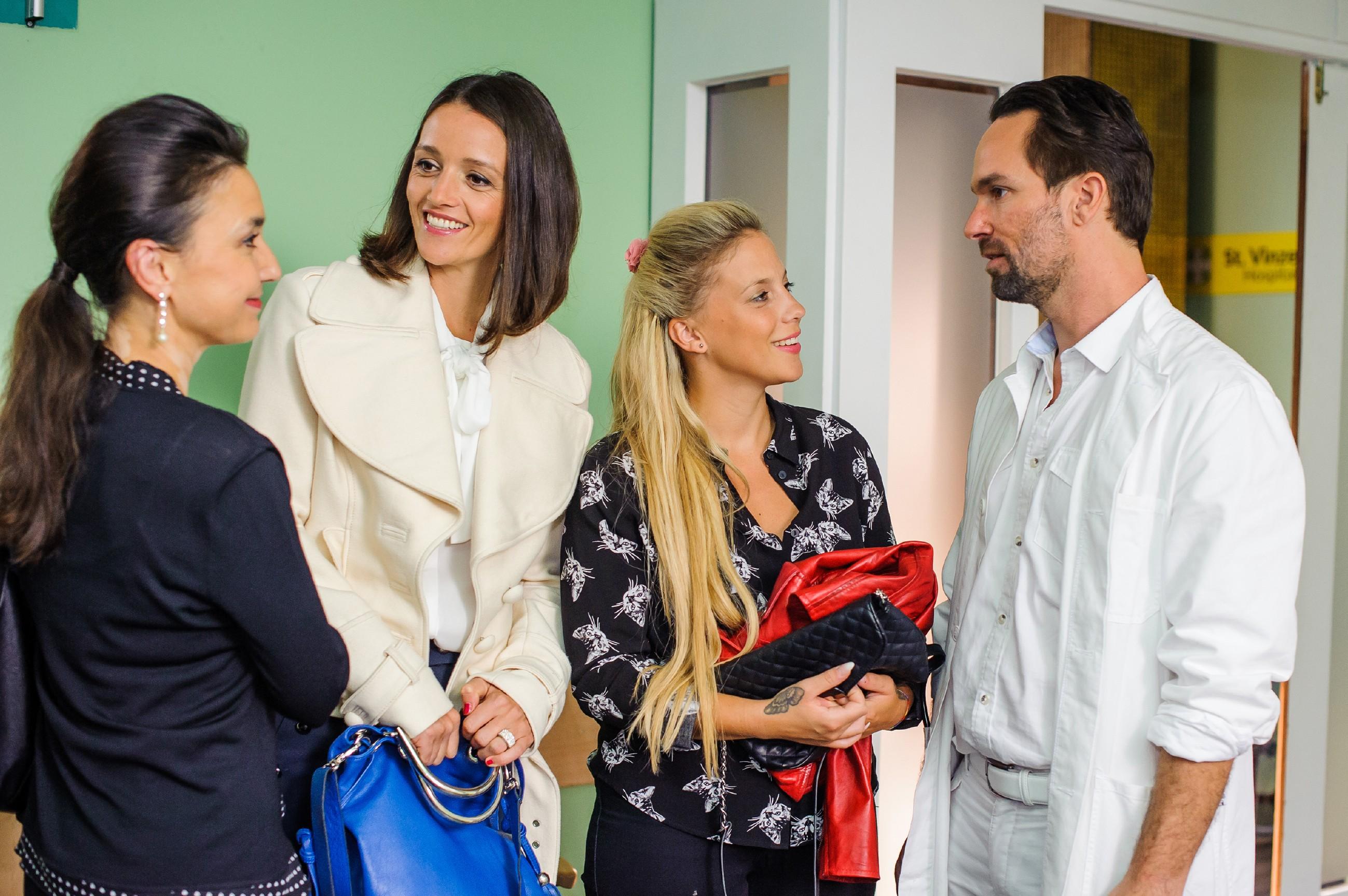 Thomas (Daniel Brockhaus) überbringt (v.l.) Simone (Tatjana Clasing), Jenny (Kaja Schmidt -Tychsen) und Iva (Christina Klein) die erlösende Nachricht: Vanessas Baby Henry hat die OP gut überstanden. (Quelle: RTL / Julia Feldhagen)