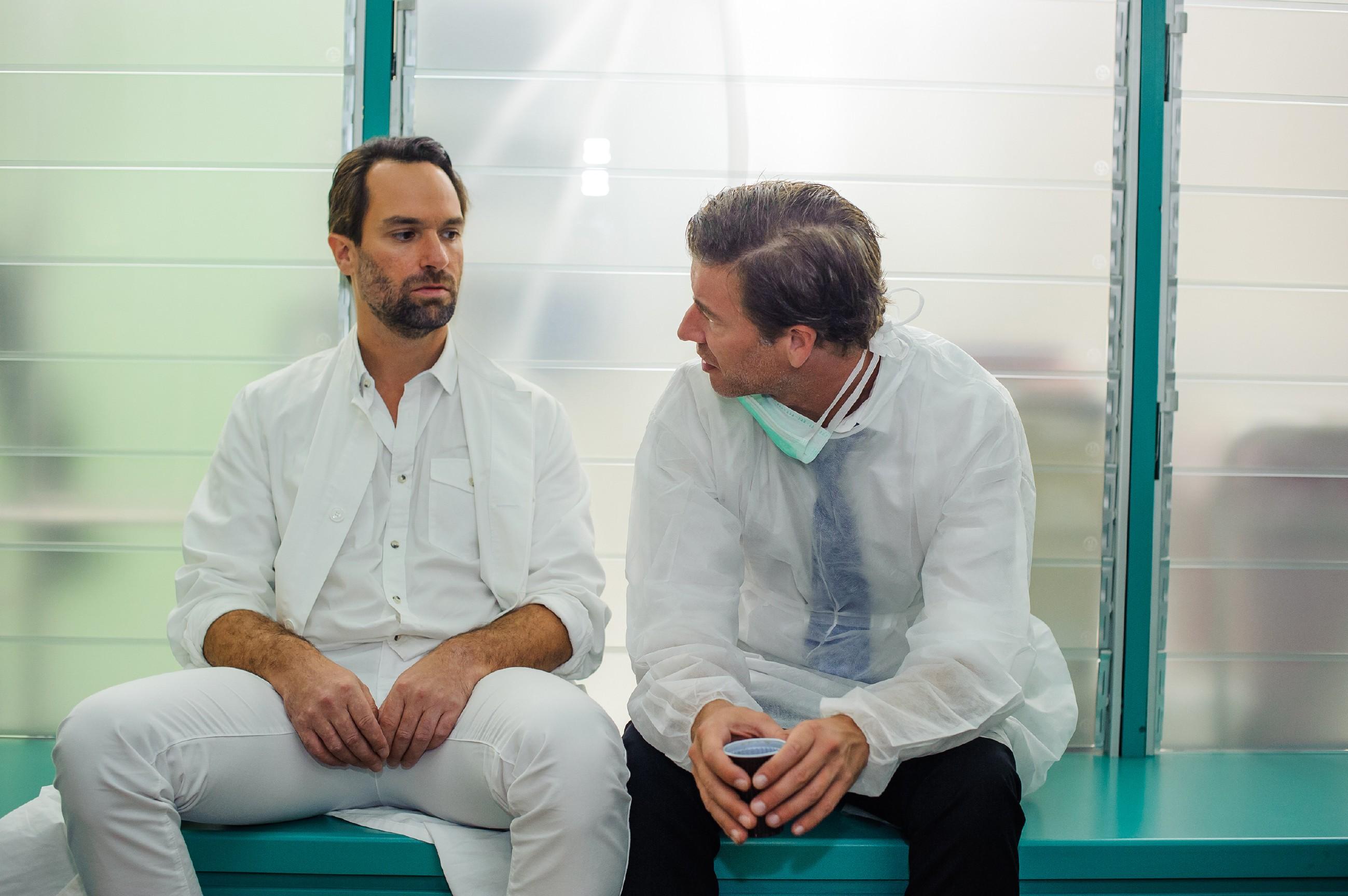 Thomas (Daniel Brockhaus, l.) ist bewusst, wie nervenaufreibend das Warten auch für Christoph (Lars Korten) sein muss. (Quelle: RTL / Julia Feldhagen)