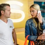 Mitten im Gespräch mit Ingo (André Dietz) bekommt Marie (Cheyenne Pahde) einen überraschenden Anruf von Diana, die Ingo zuvor nicht erreichen konnte. (Quelle: RTL / Willi Weber)