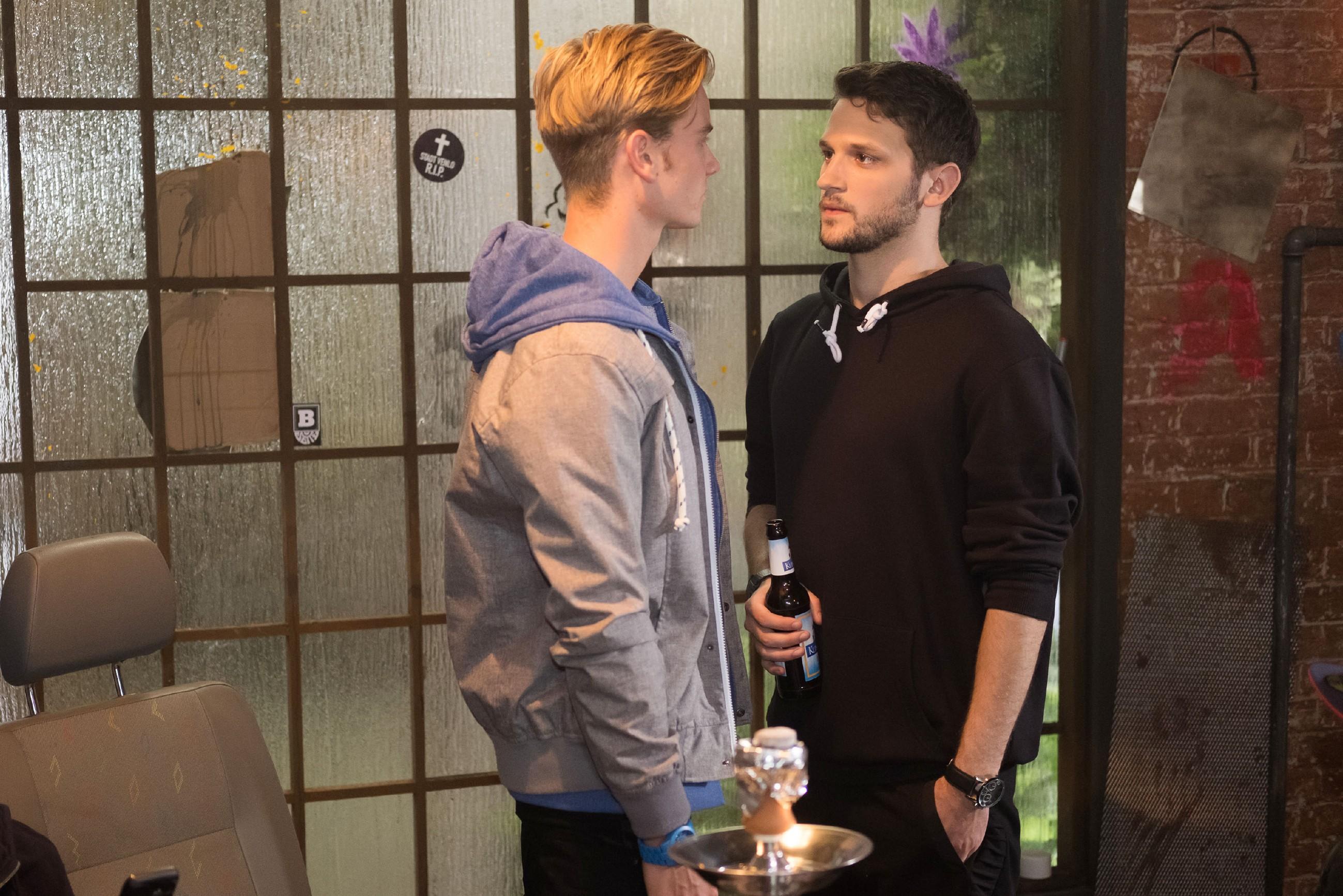 Valentin (Aaron Koszuta, l.) gerät unter Druck, als Mario (Arne Rudolf) seinen Plan torpediert. (Quelle: RTL / Stefan Behrens)