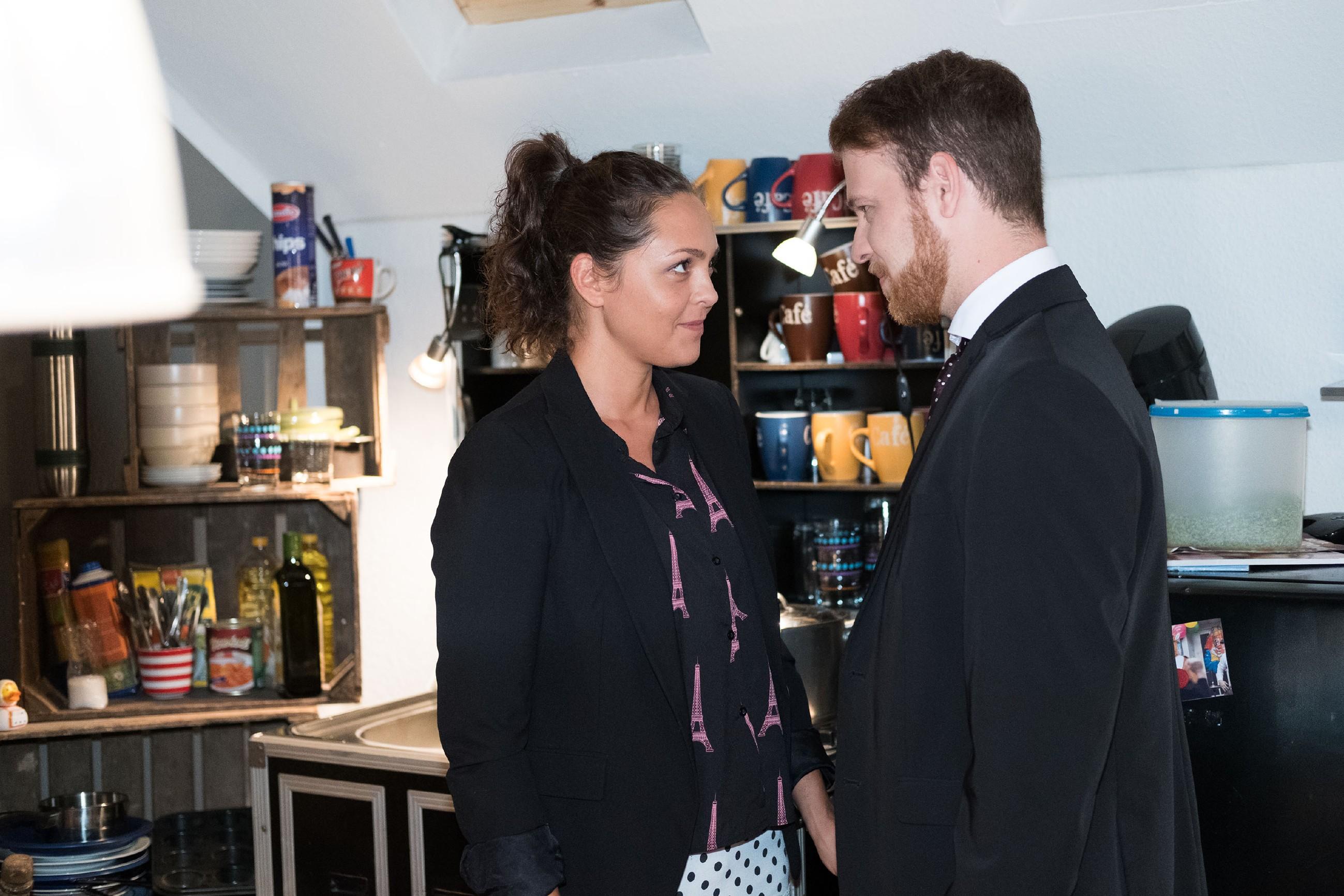 Tobias (Patrick Müller) lädt Caro (Ines Kurenbach) zu einem Date ein und versichert ihr, dass Micki nicht länger zwischen ihnen steht... (Quelle: RTL / Stefan Behrens)