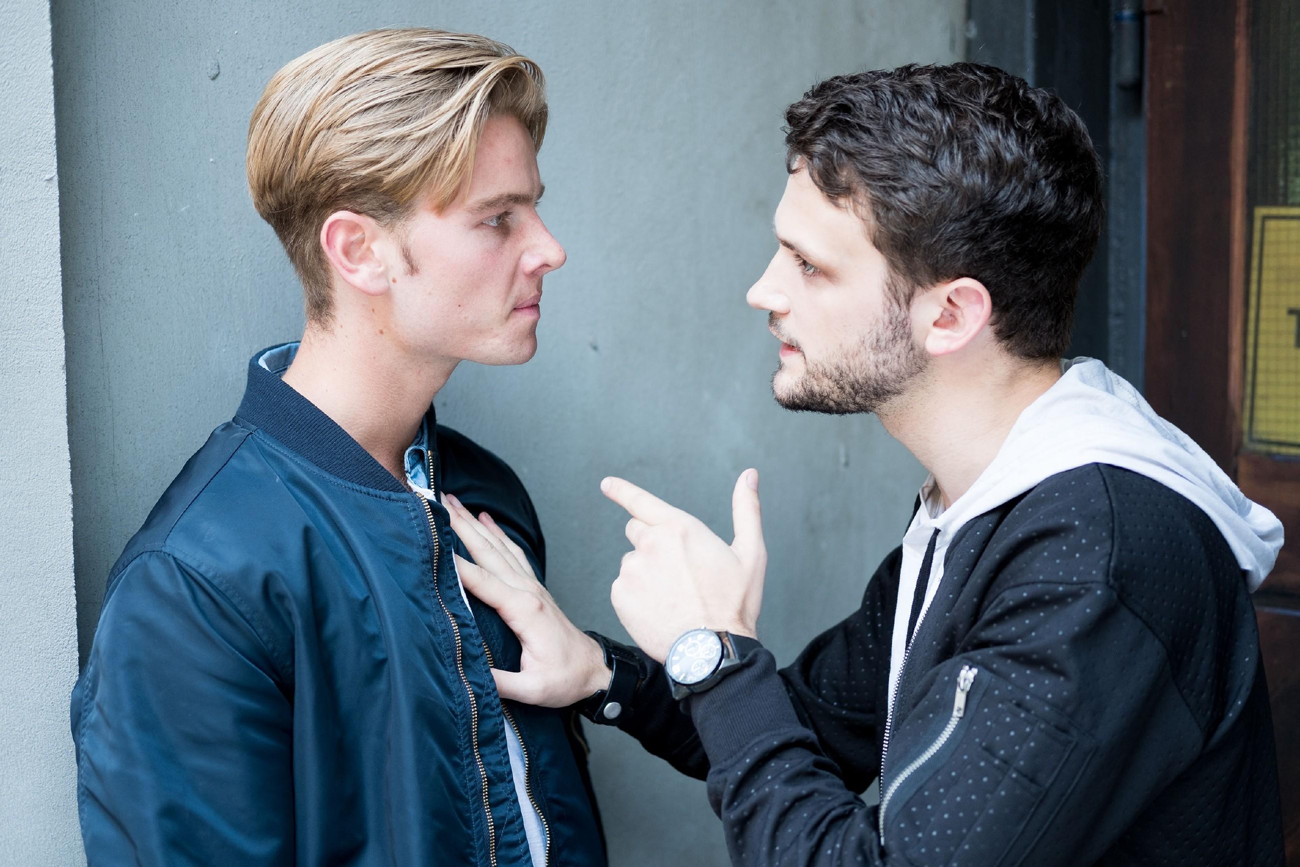 Valentin (Aaron Koszuta, l.) wird klar, dass er Mario (Arne Rudolf) nicht unter Kontrolle bringen kann... (Quelle: RTL / Stefan Behrens)