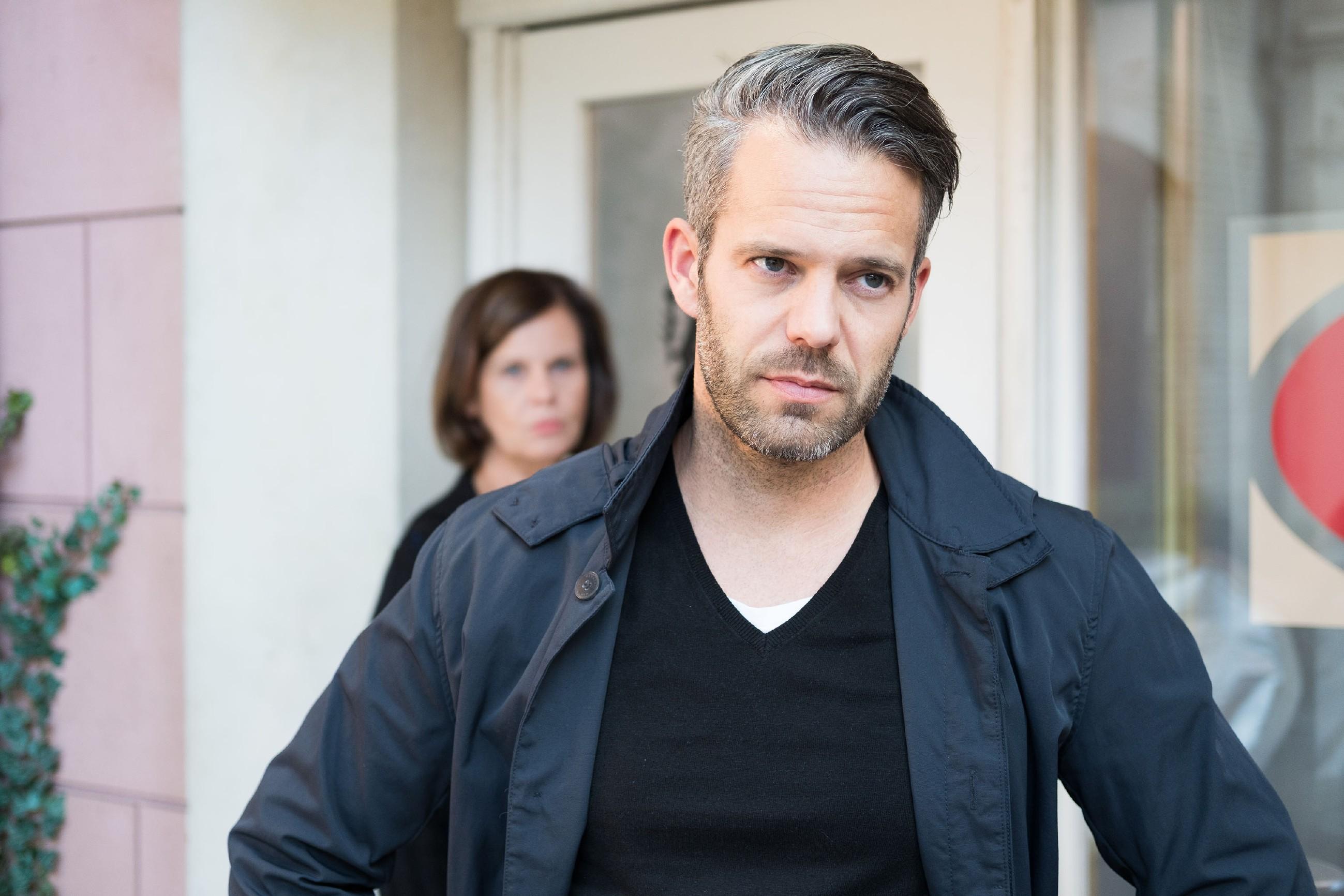 Till (Ben Ruedinger) muss einsehen, dass er Noah zuliebe die verfahrene Situation mit Eva und Ute entschärfen muss. (hinten Petra Blossey als Irene) (Quelle: RTL / Stefan Behrens)