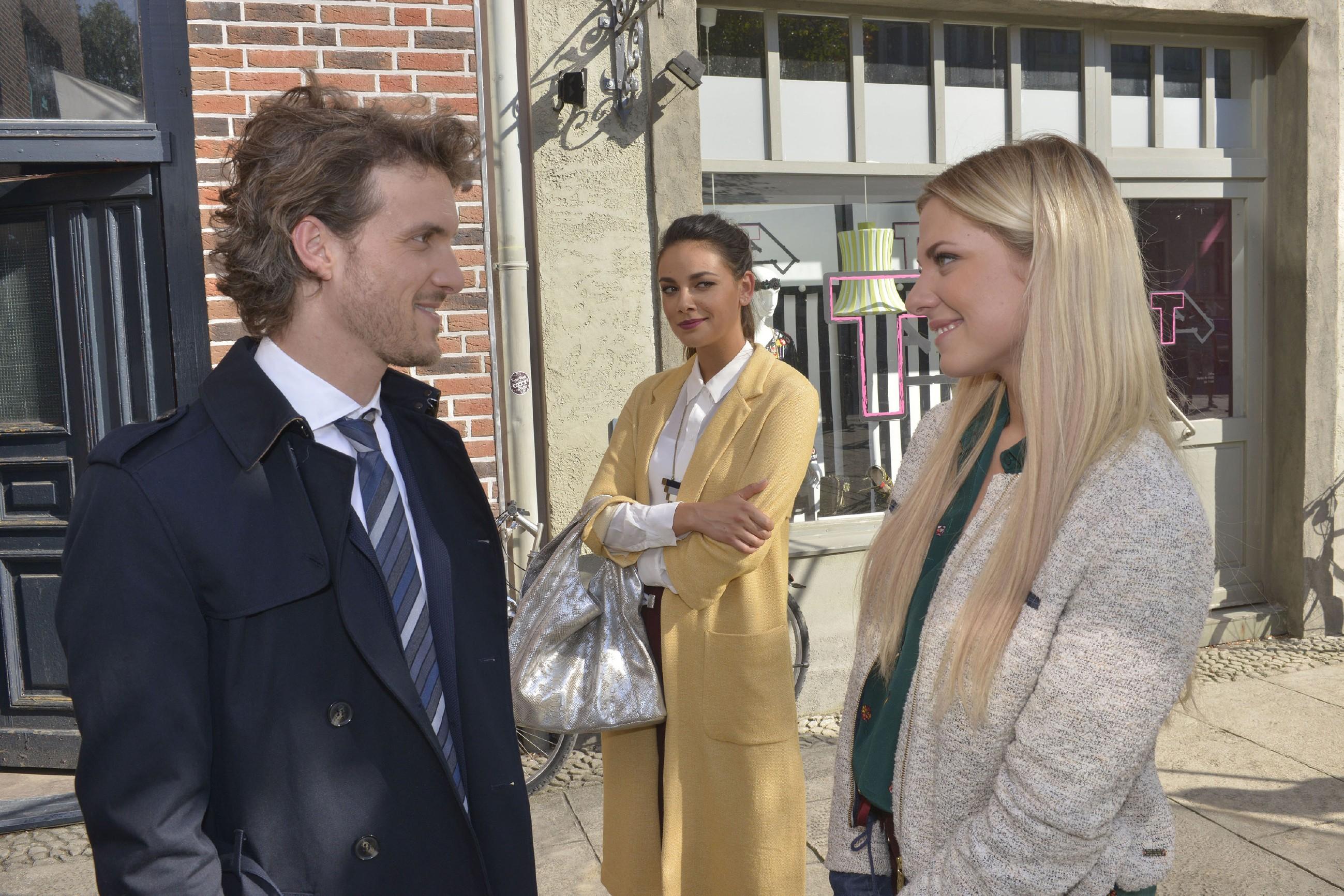 Jasmin (Janina Uhse, M.) freut sich, dass Sunny (Valentina Pahde) in Felix (Thaddäus Meilinger) einen neuen Freund gefunden hat. (Quelle: RTL / Rolf Baumgartner)