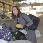 Katrin (Ulrike Frank) sucht auf der Müllkippe fieberhaft nach der Jacke, in der sich Jasmins Stick mit der Tussi Attack-Frühjahrskollektion befindet. (Quelle: RTL / Rolf Baumgartner)