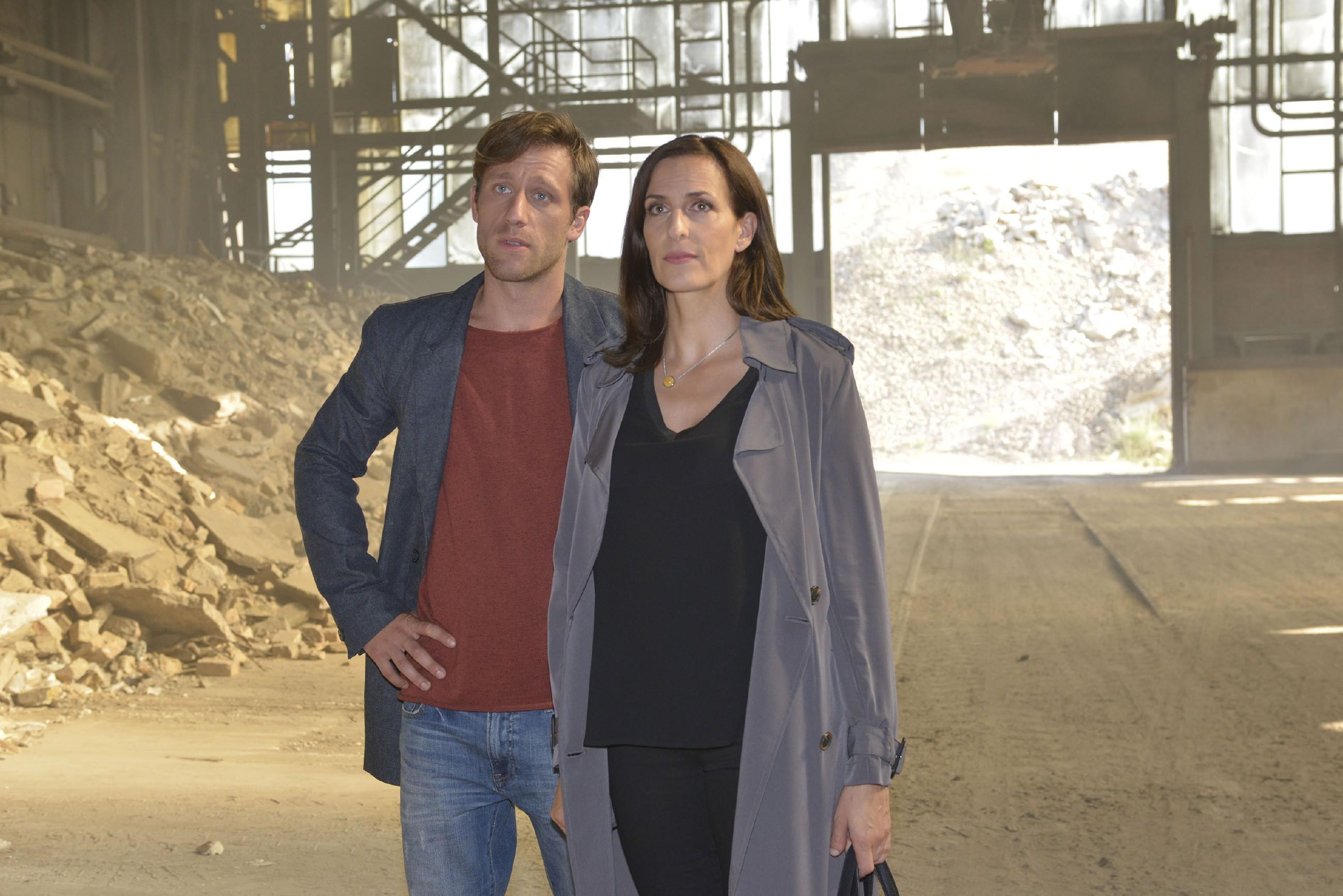 Bommel (Merlin Leonhardt) und Katrin (Ulrike Frank) haben wenig Hoffnung, die Jacke, in der sich Jasmins Stick mit der Tussi Attack-Frühjahrskollektion befindet, auf der Müllkippe wiederzufinden. (Quelle: RTL / Rolf Baumgartner)