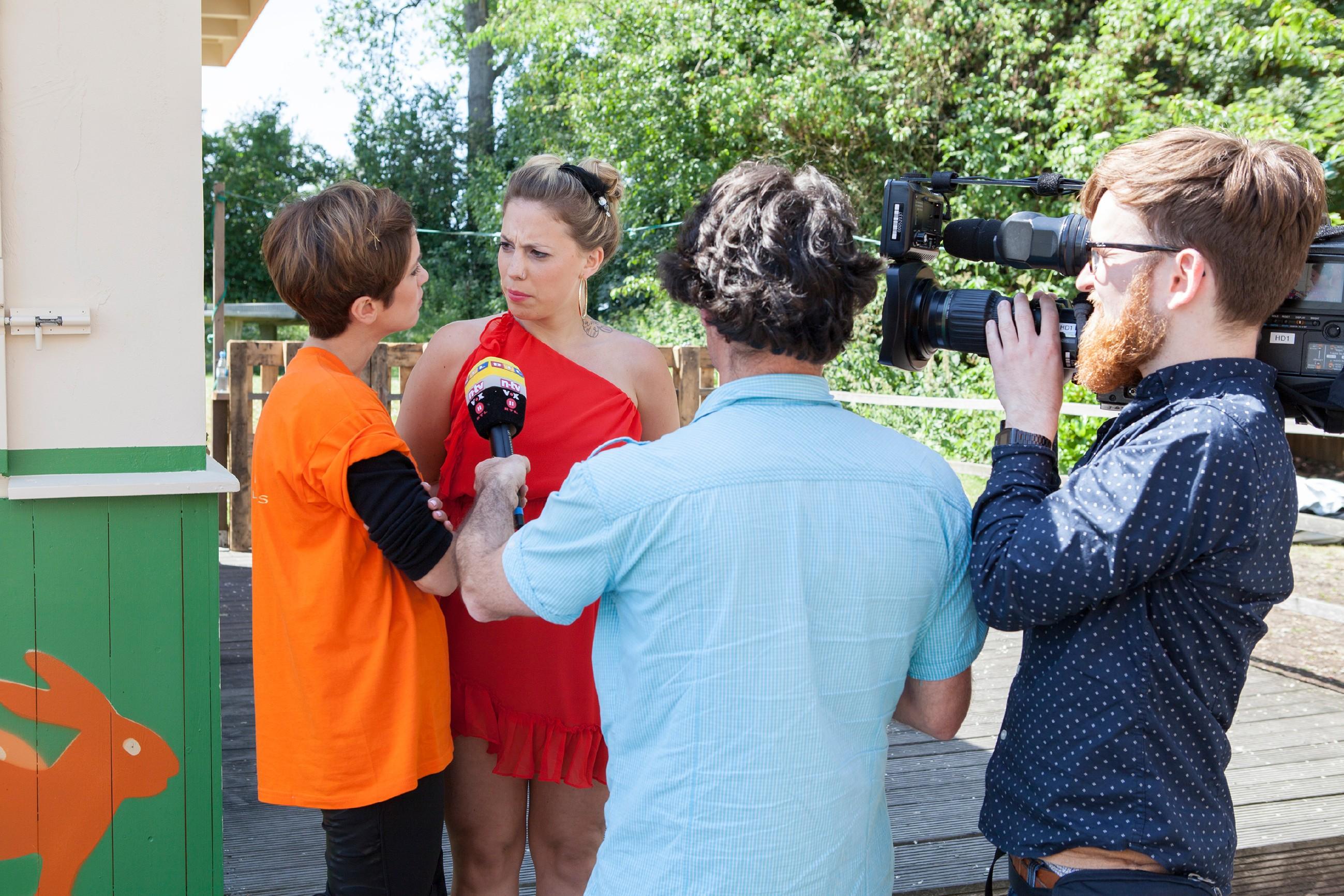 v.l.: Isabell Horn, Christina Klein und ein Kamerateam