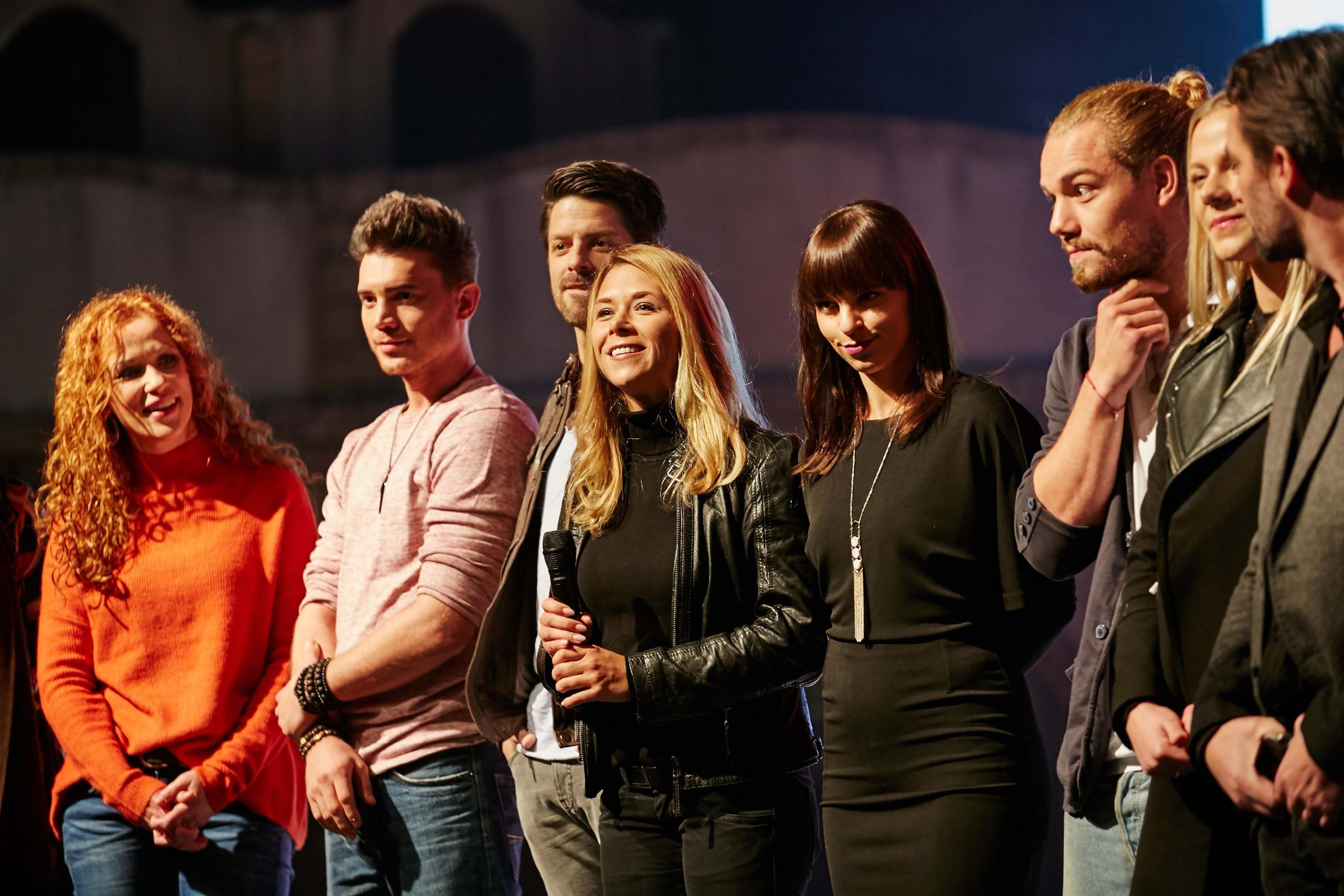 Madlen Kaniuth, Bela Klentze, Daniel Buder, Tanja Szewczenko, Franziska Benz, Julian Bayer, Cheyenne Pahde und Daniel Brockhaus (v.l.) stehen den Fans Rede und Antwort.