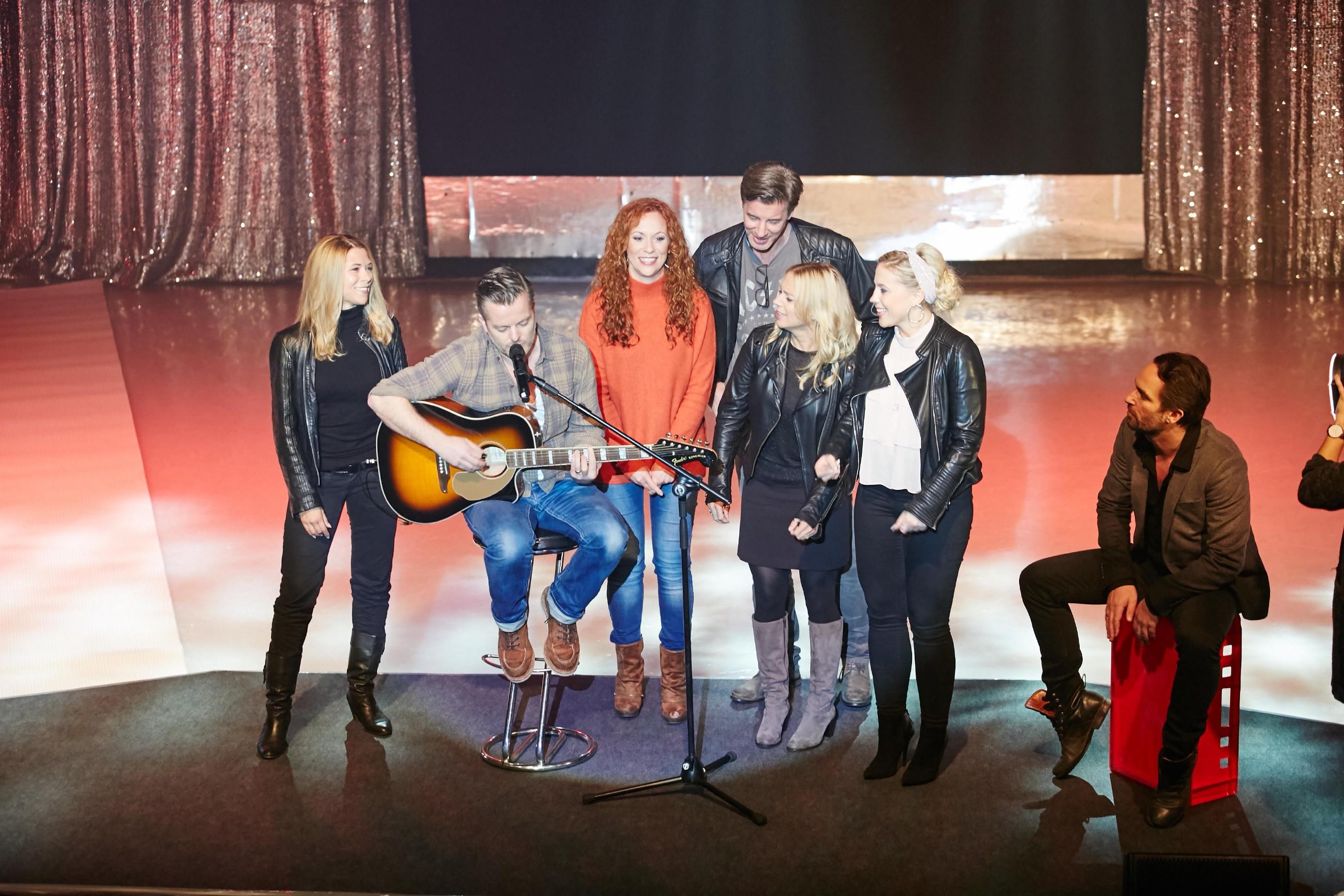 Tanja Szewczenko, André Dietz, Madlen Kaniuth, Lars Korten, Juliette Greco, Christina Klein und Daniel Brockhaus (v.l.) singen gemeinsam für ihre Fans.
