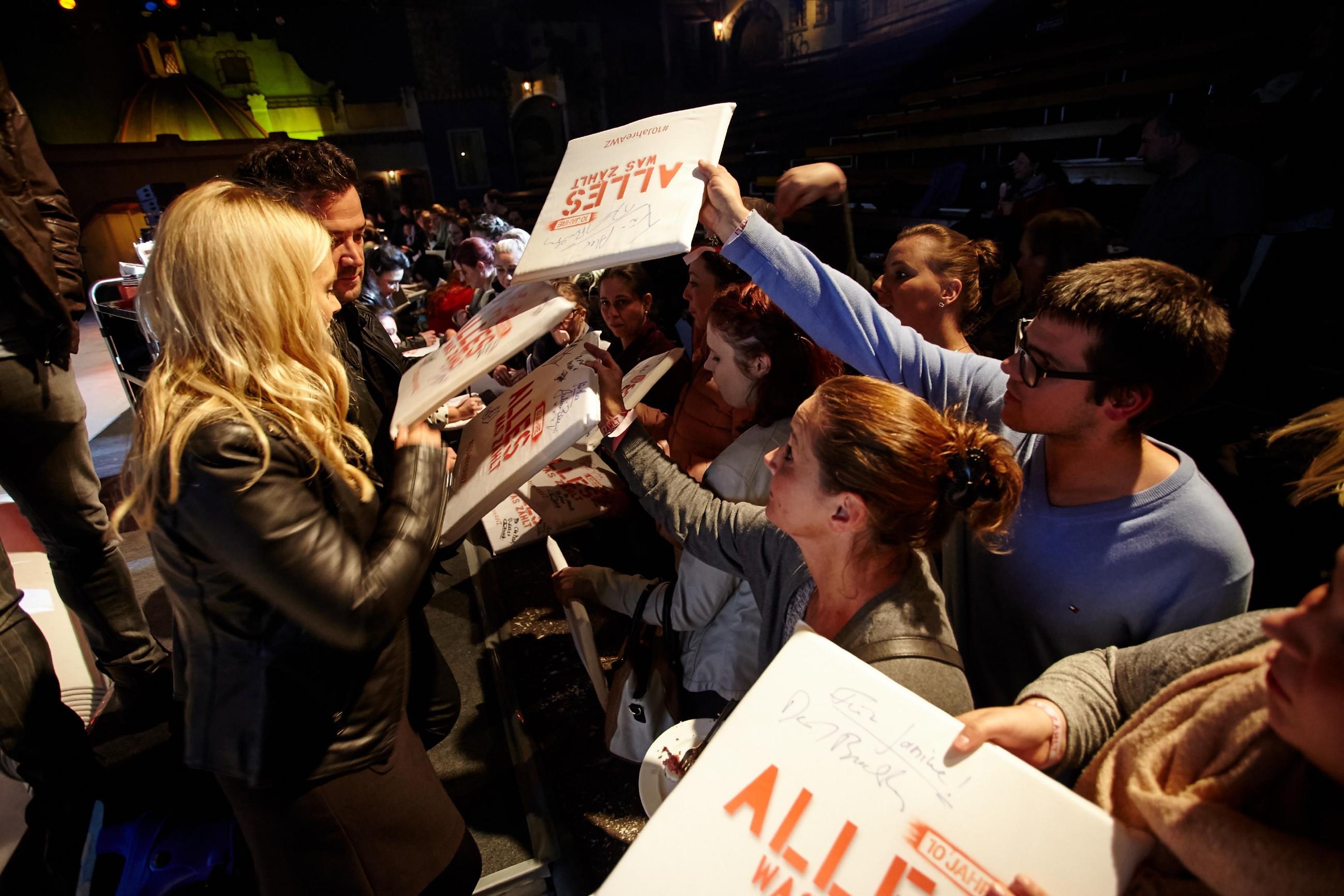 Juliette Greco (l.) und Sam Eisenstein (2.v.l.) verteilen Autogramme an die Fans.