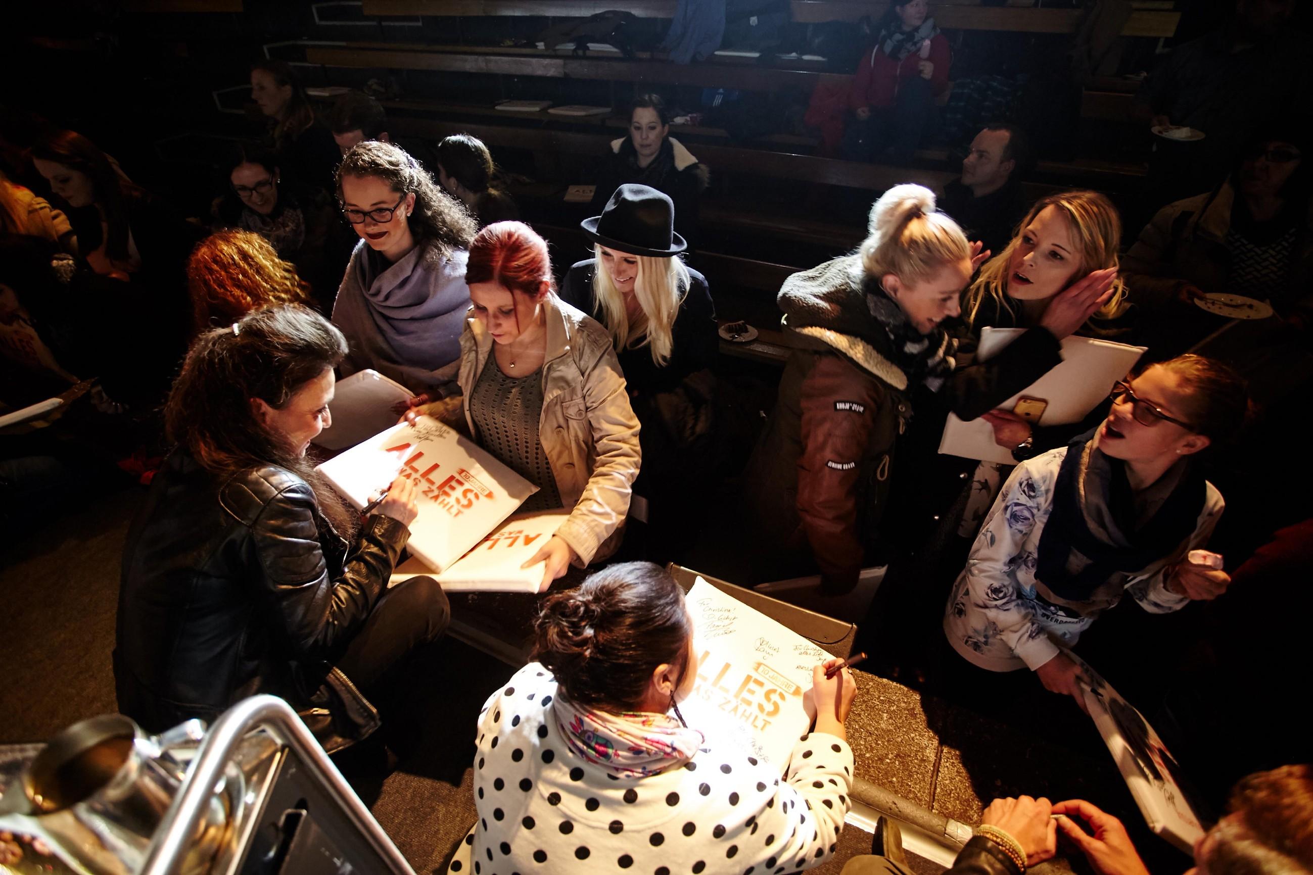 Tatjana Clasing (l.) und Julia Augustin (vorne) verteilen fleißig Autogramme an die Fans.