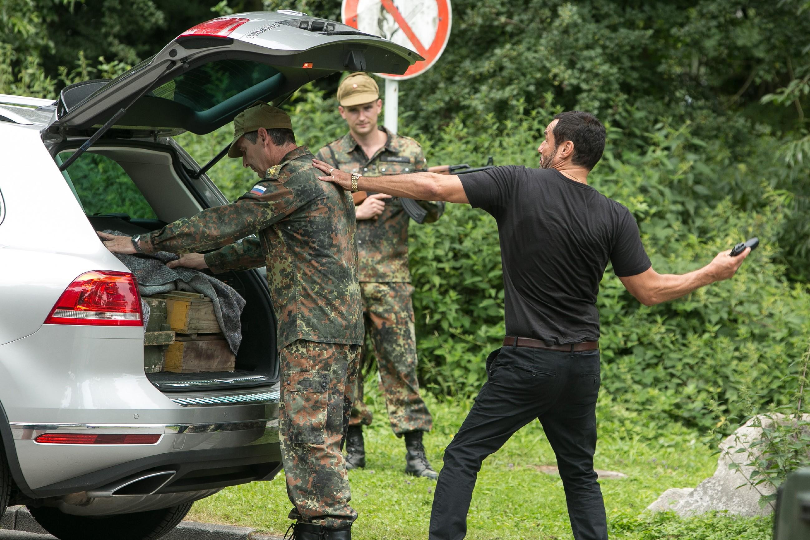 Richard (Silvan-Pierre Leirich, r.) schlägt den russischen Grenzbeamten Andrej (Andrej Kaminsky, l.) nieder, damit Ben fliehen kann...