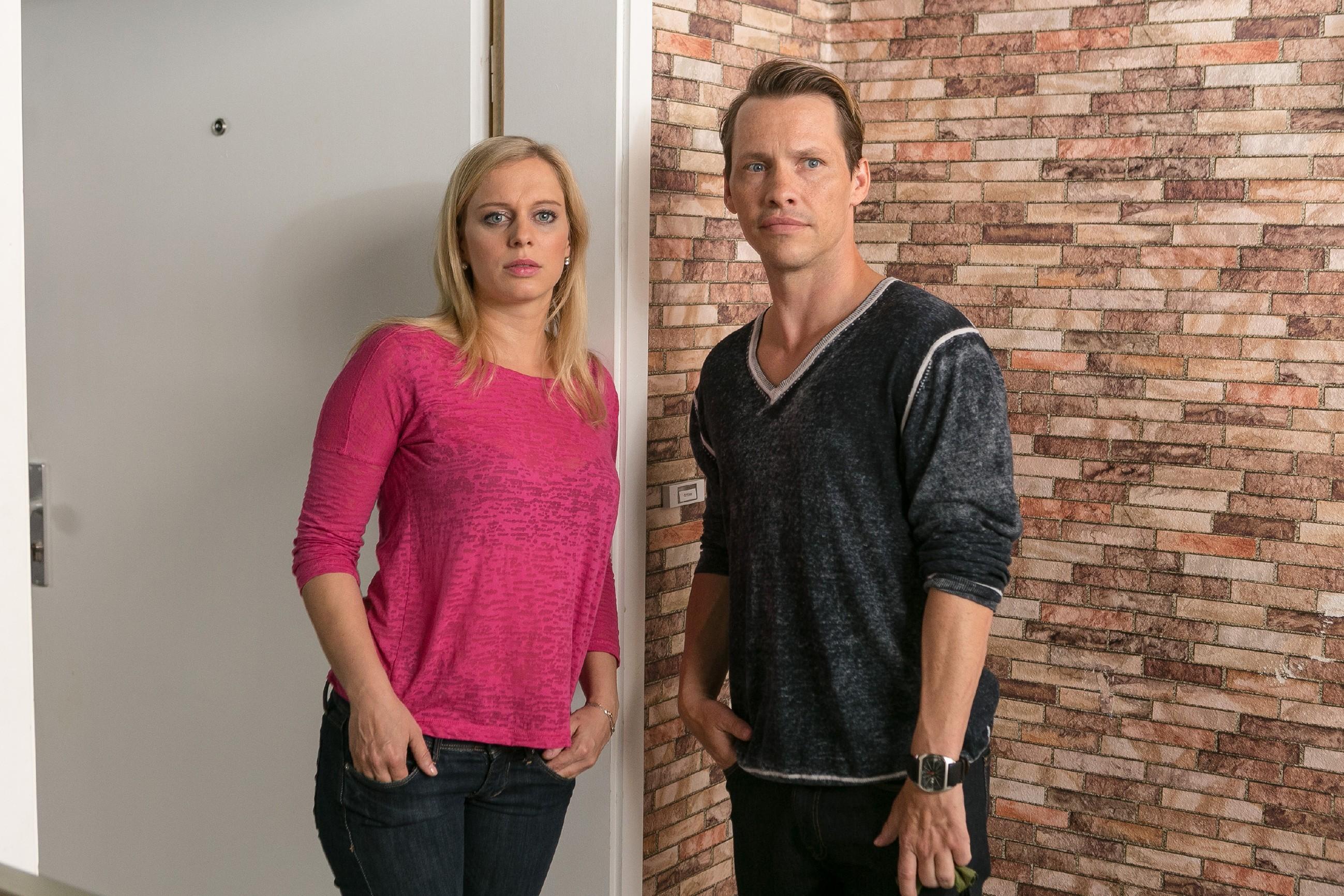 Lena (Juliette Greco) ist im Gefühlschaos und verschweigt Patrick (Jan Andres) überfordert, dass Marian die Scheidung einreicht.