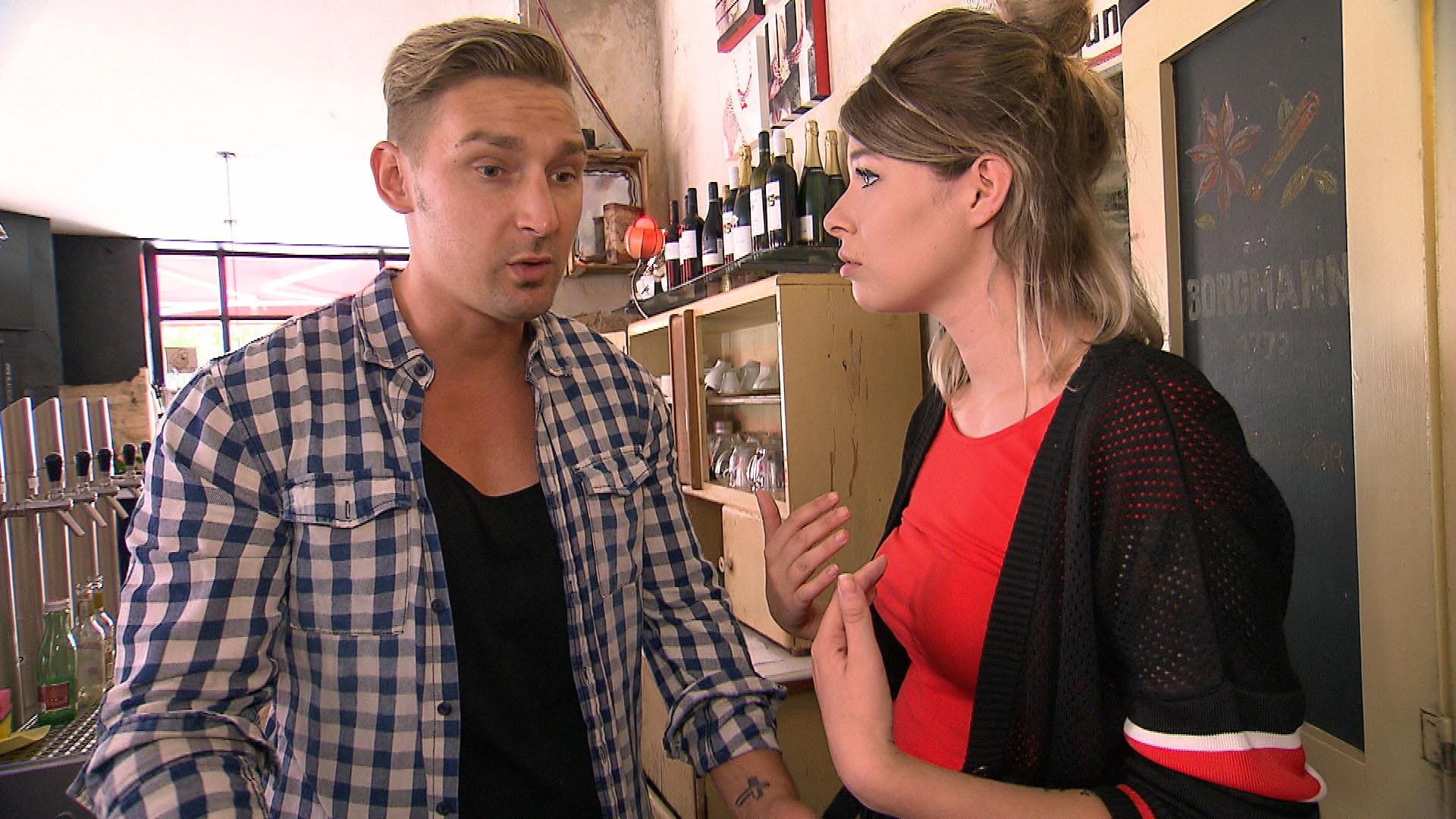 Nachdem es mal wieder zu Sticheleien zwischen Tim und Leon (li.) gekommen ist, erinnert Nina (re.) Leon daran, dass er sich eigentlich gegen sie entschieden hatte. (Quelle: RTL 2)